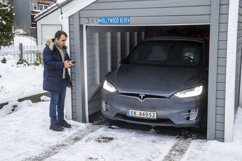 Garasjen til Azim Entezary skulle vise seg å være for smal for at «Summon»-funksjonen skulle fungere optimalt. Det førte til at bilen rygget inn i veggen.