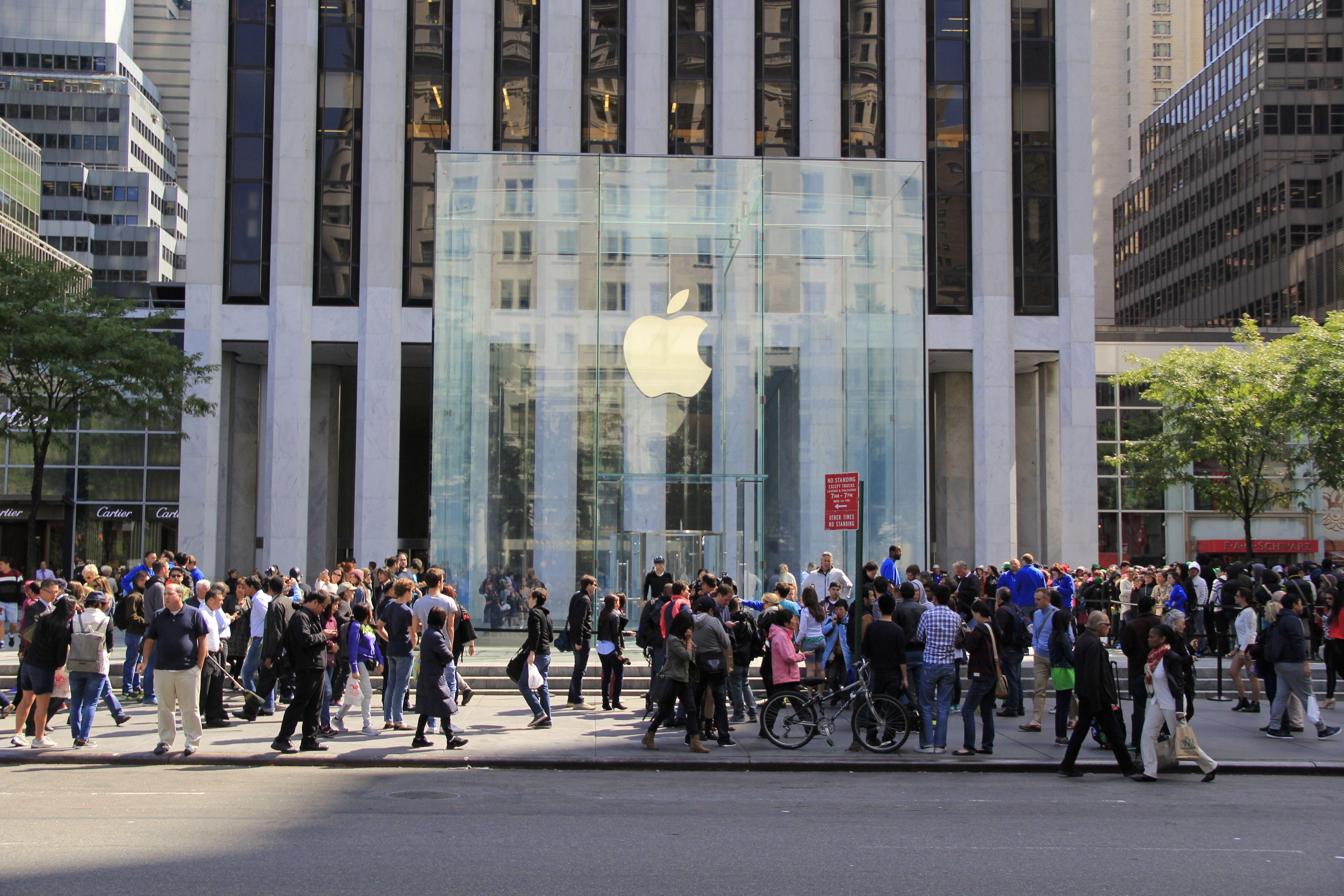 Apples butikker har som regel en kombinasjon av spesiell design og god beliggenhet. Selskapets nye klokkebutikker skal ligge rett ved gullsmedforretninger. Her et bilde av Apple Store ved Central Park i New York. Foto: jessicakirsh / Shutterstock.com
