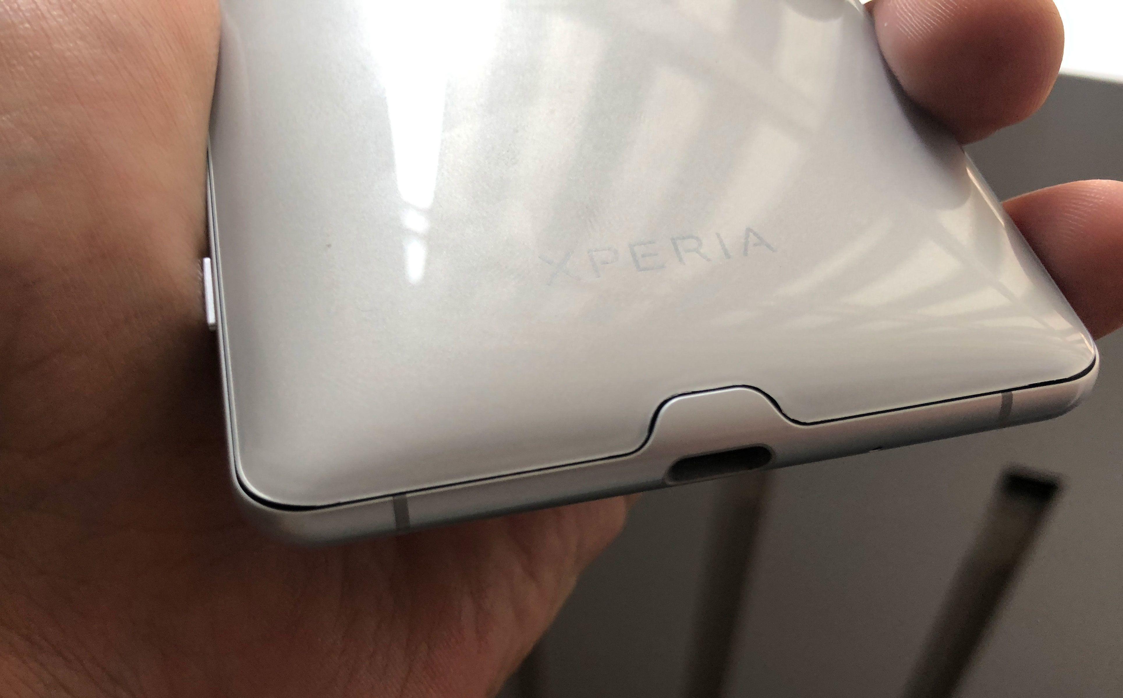 Glippen mellom baksiden og siderammene var overraskende stor, og akkurat denne detaljen virket litt oversett av Sonys designteam.