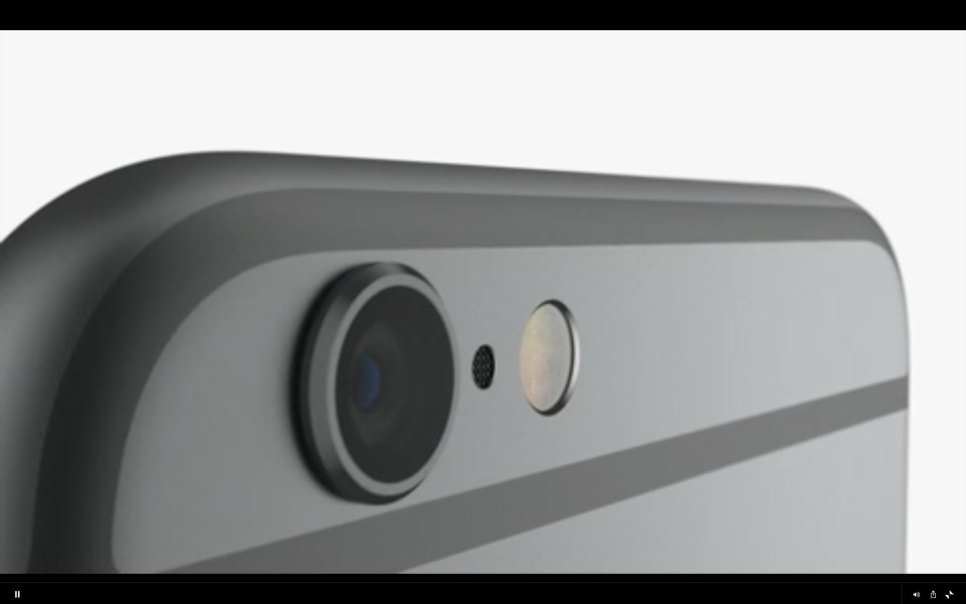Kameraobjektivet stikker litt ut fra baksiden.