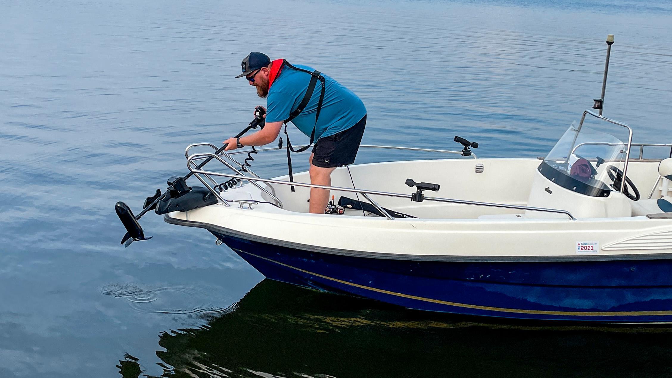 Det er lett å vippe motoren uti vannet. Trekk i en låsehendel og send propellen sakte men sikkert uti. Pass på at den kommer helt nedi styrehakket - hvis ikke fungerer ikke fjernstyringen.