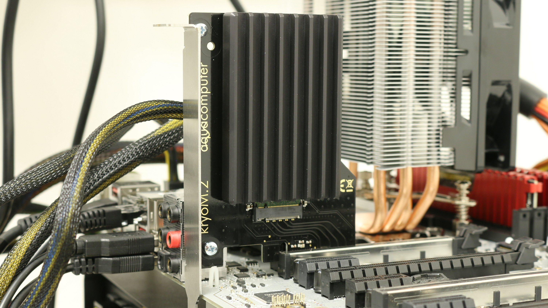 Aqua Computer KryoM.2 med kjøleribbe ferdig montert og på plass i testriggen.