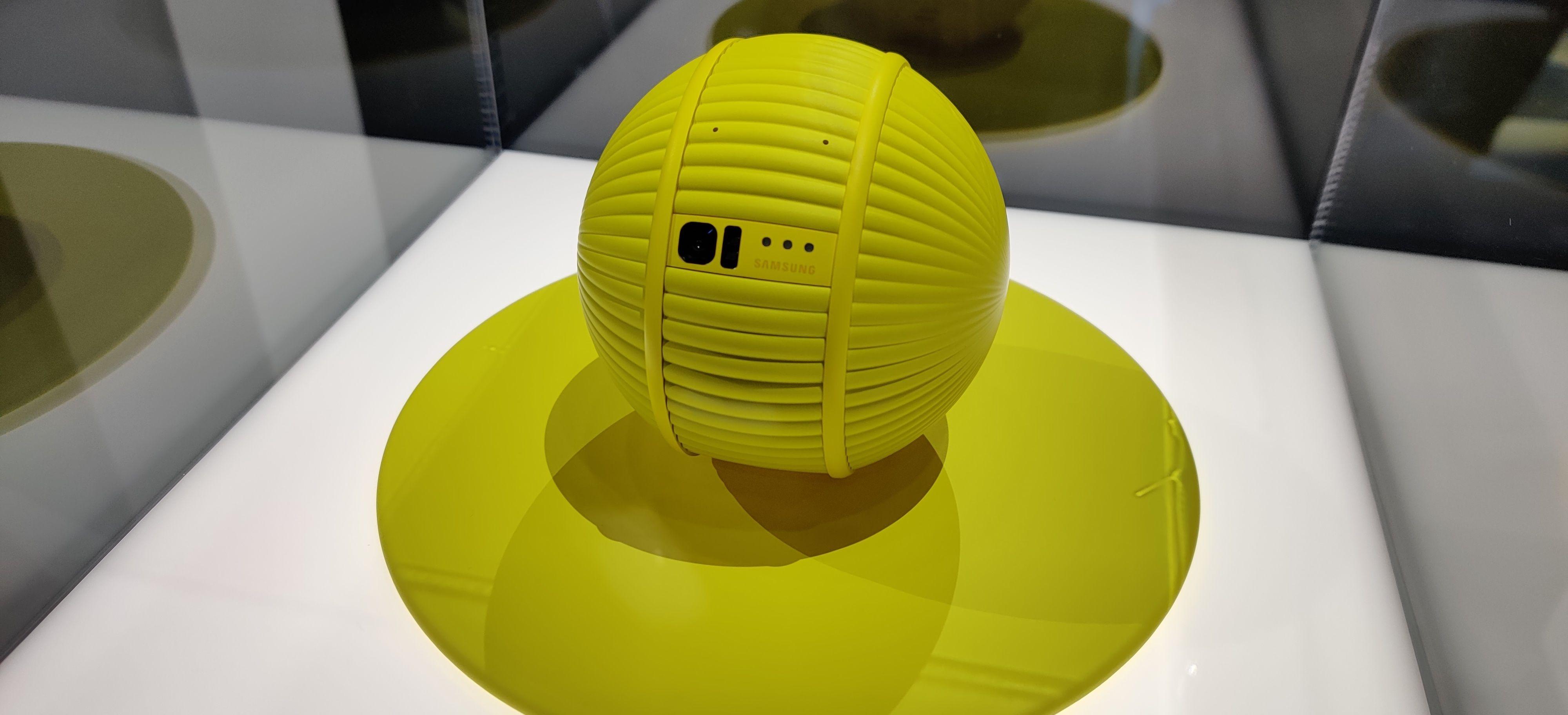 Ballen kommer med en liten plattform hvor den lader seg mellom slagene.