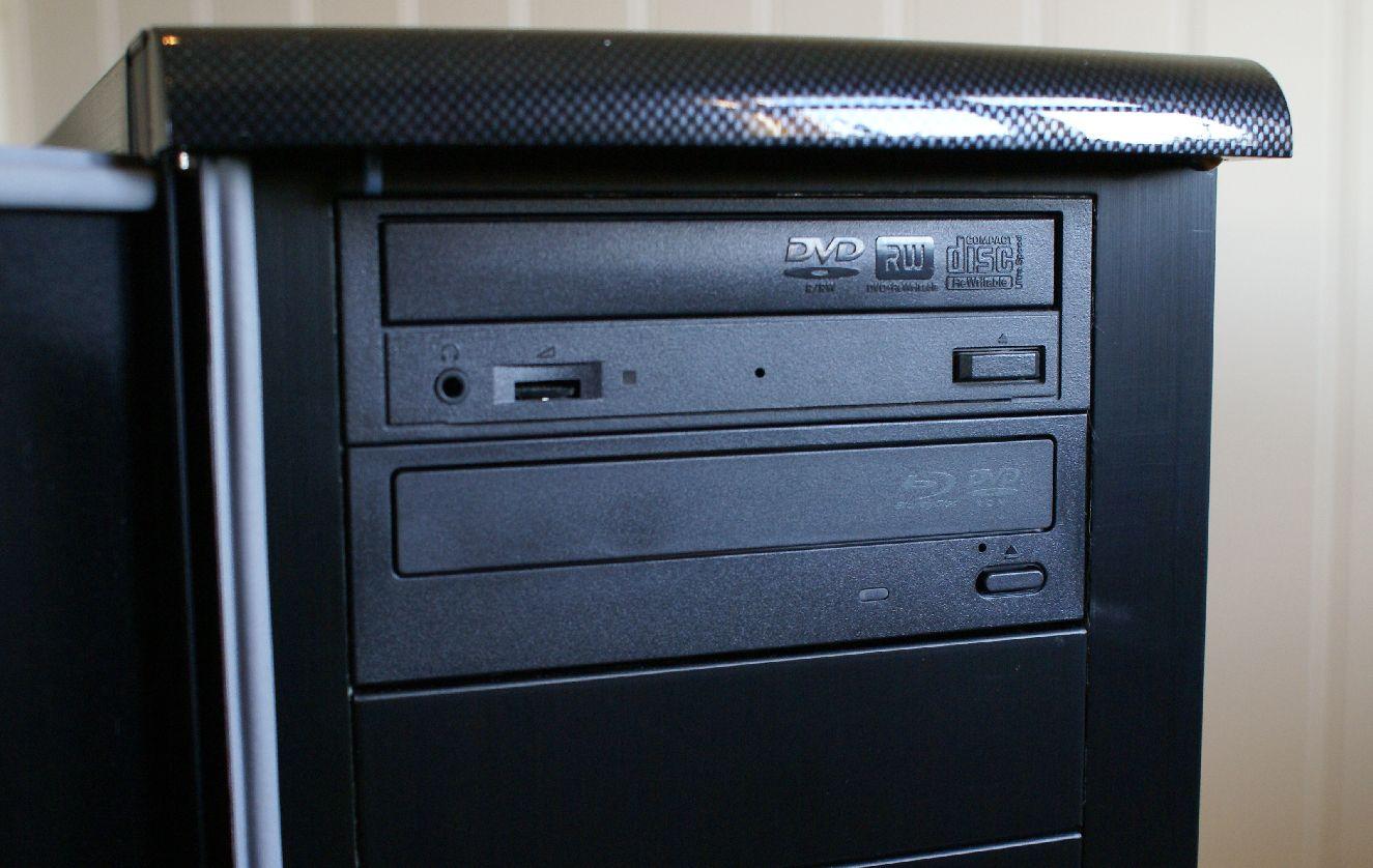 Spilleren montert i PC-en (nederst)