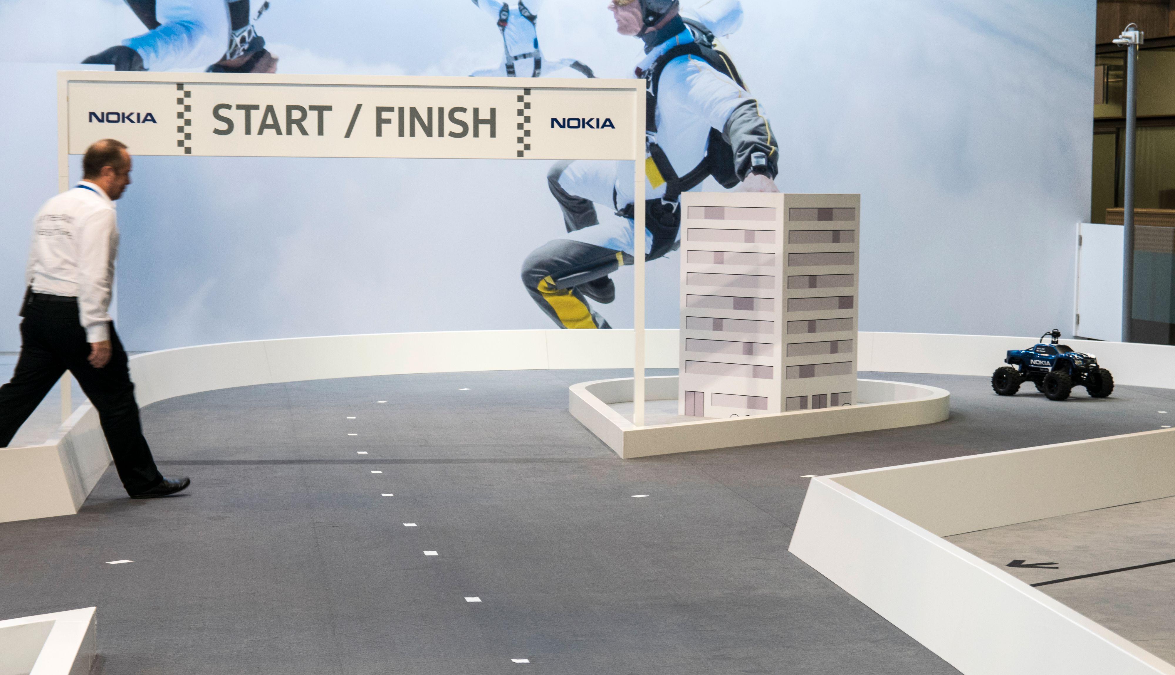 Hver gang vi krasjet ble vi reddet av en Nokia-medarbeider som løftet bilen på plass. Det skjedde én gang med 5G aktivert før vi ble vant med kontrollene, men konstant da 4G var aktivert.