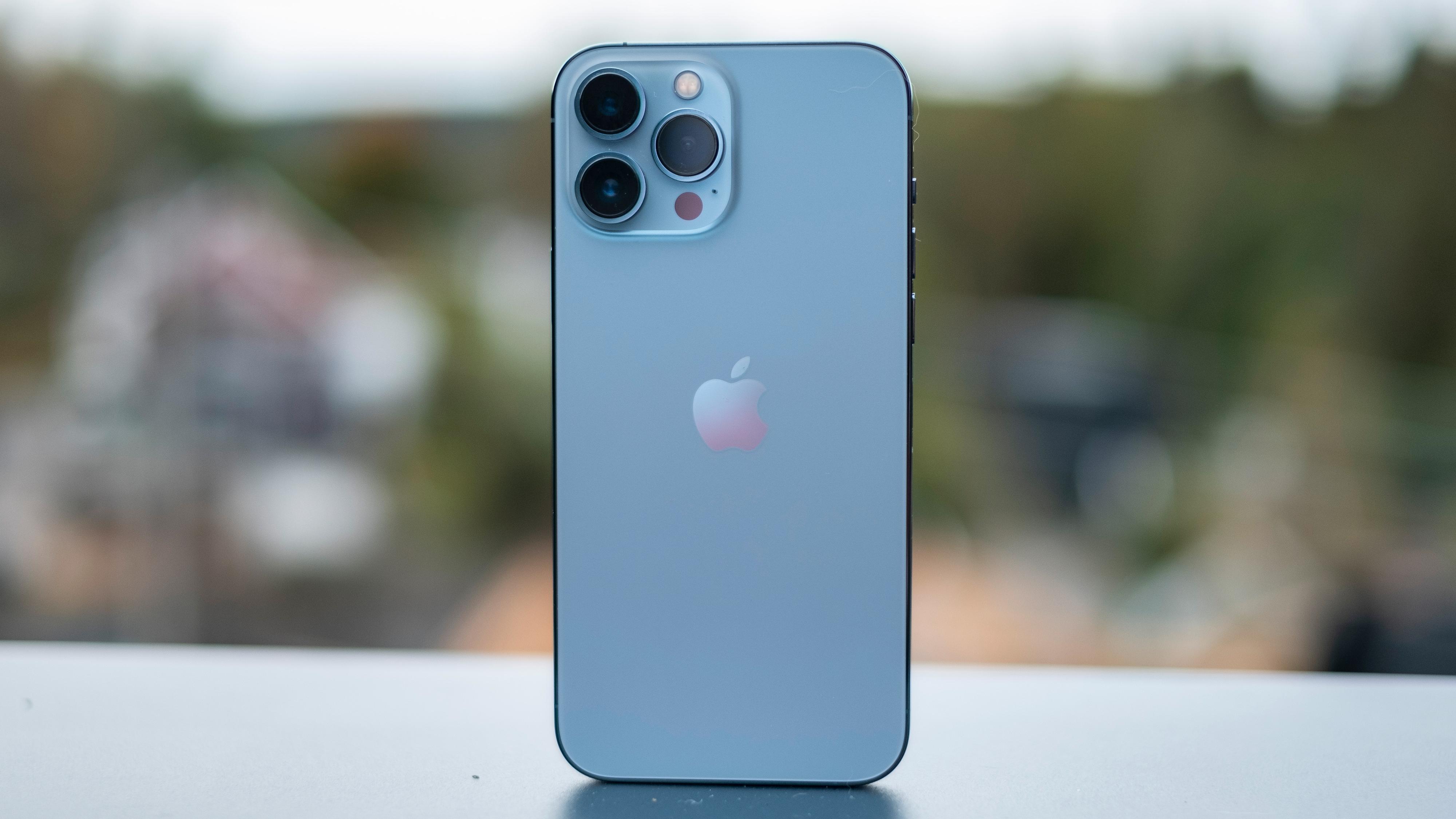 iPhone 13 Pro Max har det største batteriet, og varer litt lenger - men den er også temmelig diger å ha i lommen.
