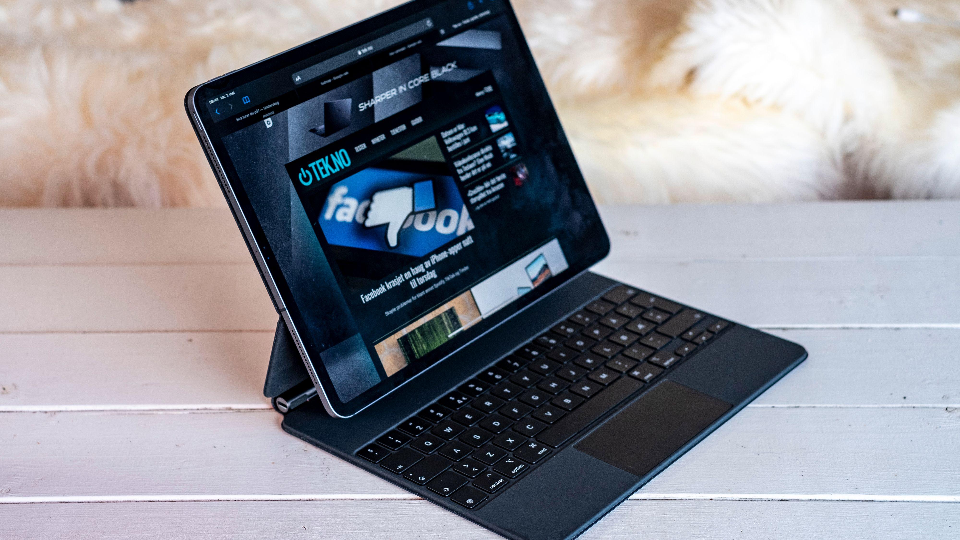 iPad Pro blir seende ut som en bitteliten iMac når den henger på Magic Keyboard - tastaturet koster hele 4.400 kroner.
