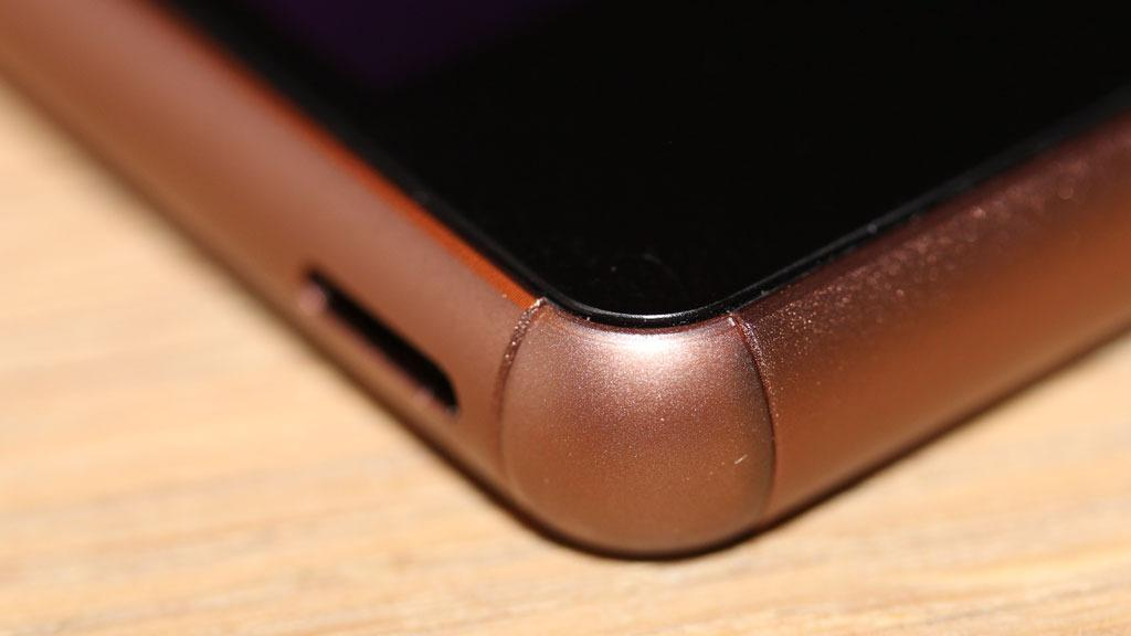 Hjørner i gjennomfarget plast skal gjøre telefonen mer robust.Foto: Espen Irwing Swang, Tek.no