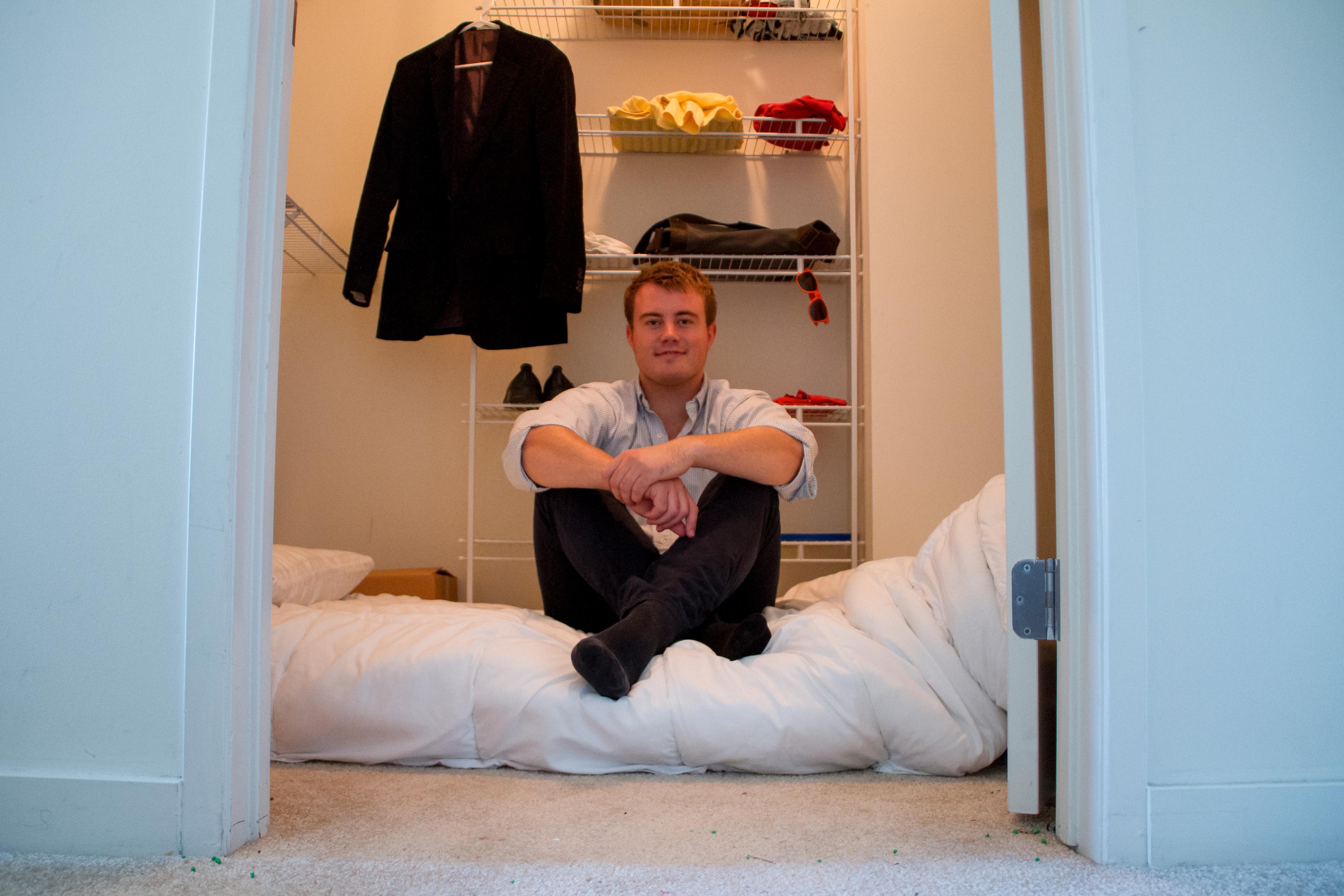 Mathias Mikkelsen sover i garderobeskapet. – Det er perfekt! Et sted å sove, rikelig med kleshengere, og en haug av like sultne og motiverte gründere rett utenfor soveromsdøra. Det ideelle stedet å gjøre en drøm til virkelighet, konkluderer han.Foto: Timely/Ed Moyse