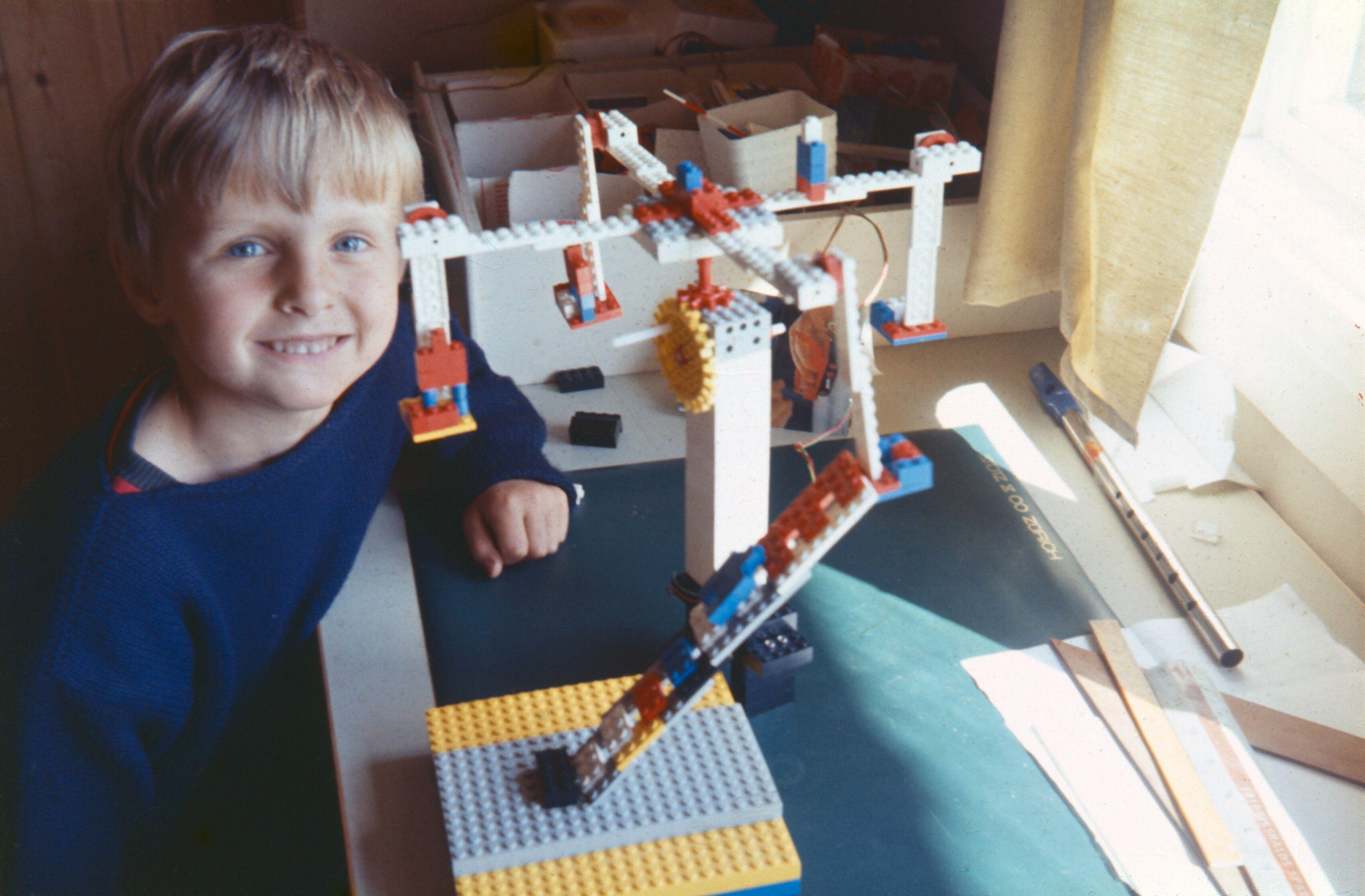 Som 6-åring hadde ikke Håkon Wium Lie tilgang til datamaskiner, og måtte derfor leke med Lego.Foto: Privat