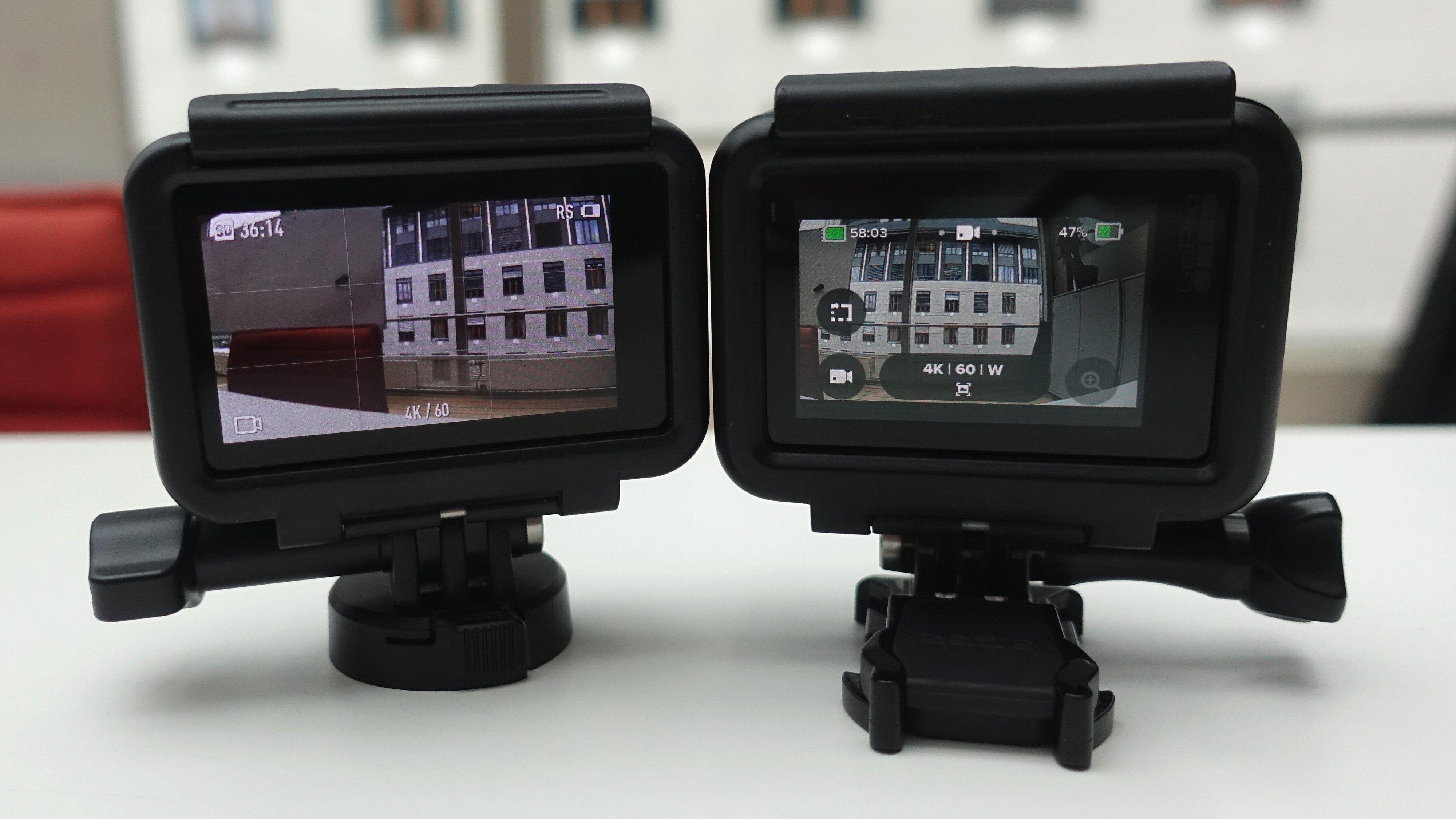 DJI Osmo Action til venstre har en litt større skjerm enn GoPro Hero7 Black til høyre. Her i sine respektive plast-/festerammer.