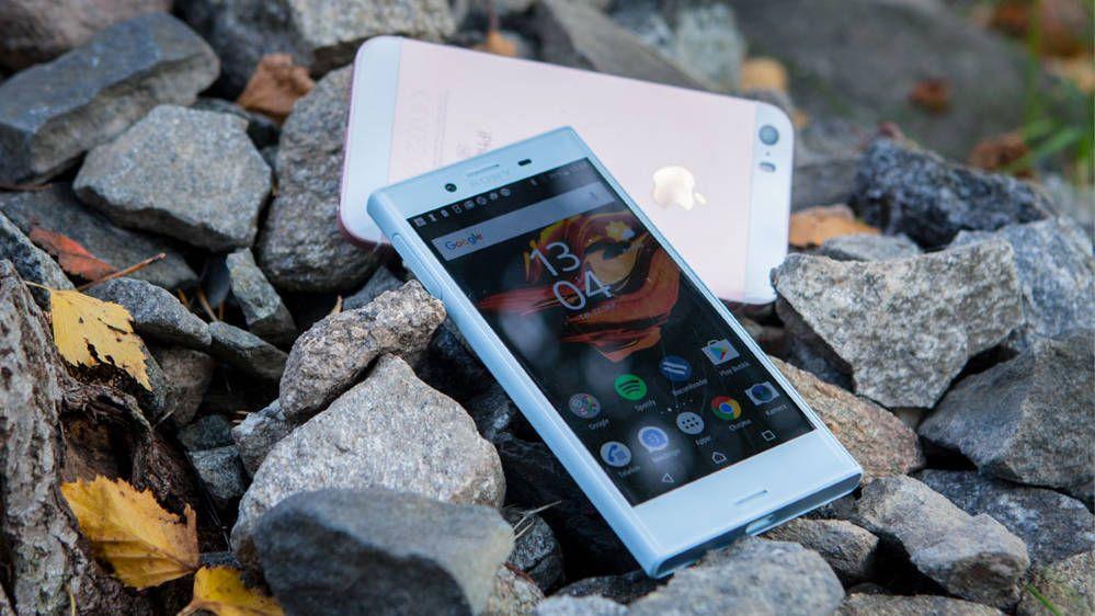 Sony er en av de få mobilprodusentene som lager små mobiler. Vi krysser fingrene for at vi får se en ny og liten modell på årets IFA-messe.. Bilde: Niklas Plikk, Tek.no