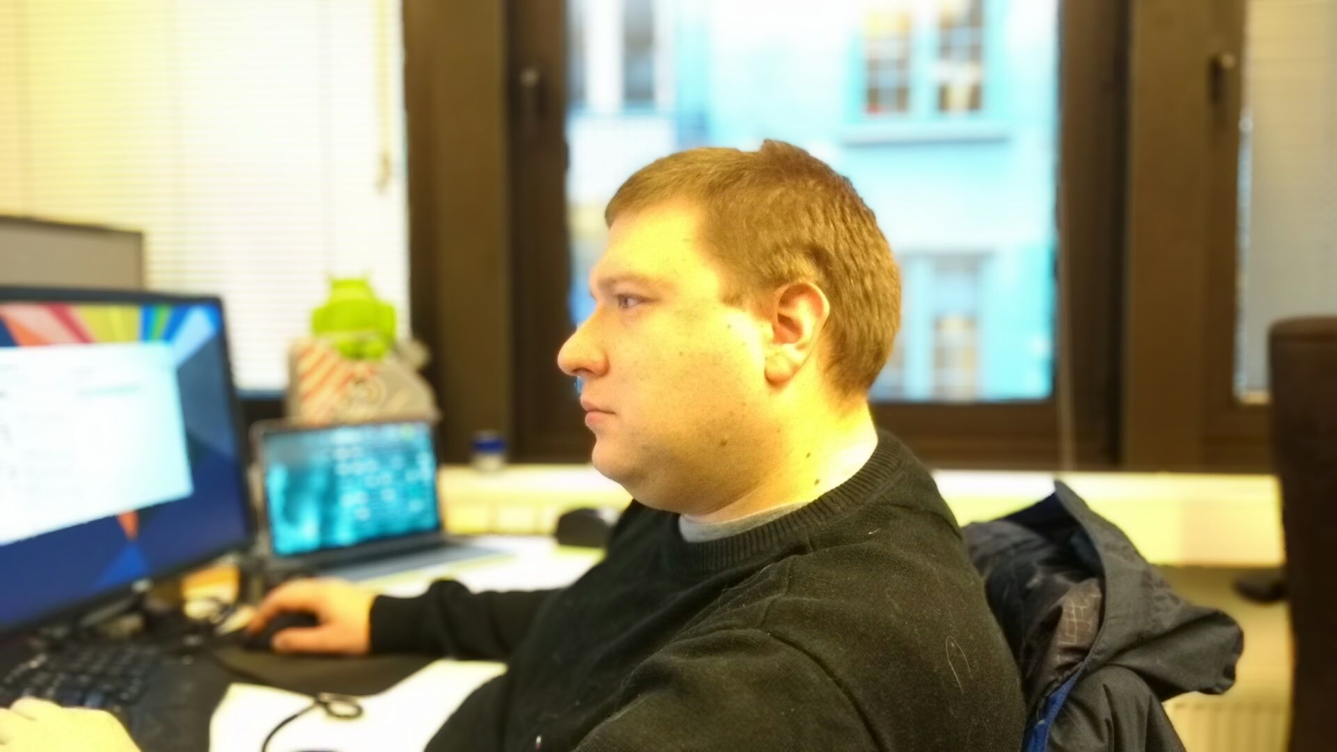 Kollega Kvalheim ser om mulig ekstra usunn ut når vi tar bilde av ham med Nexus 9.