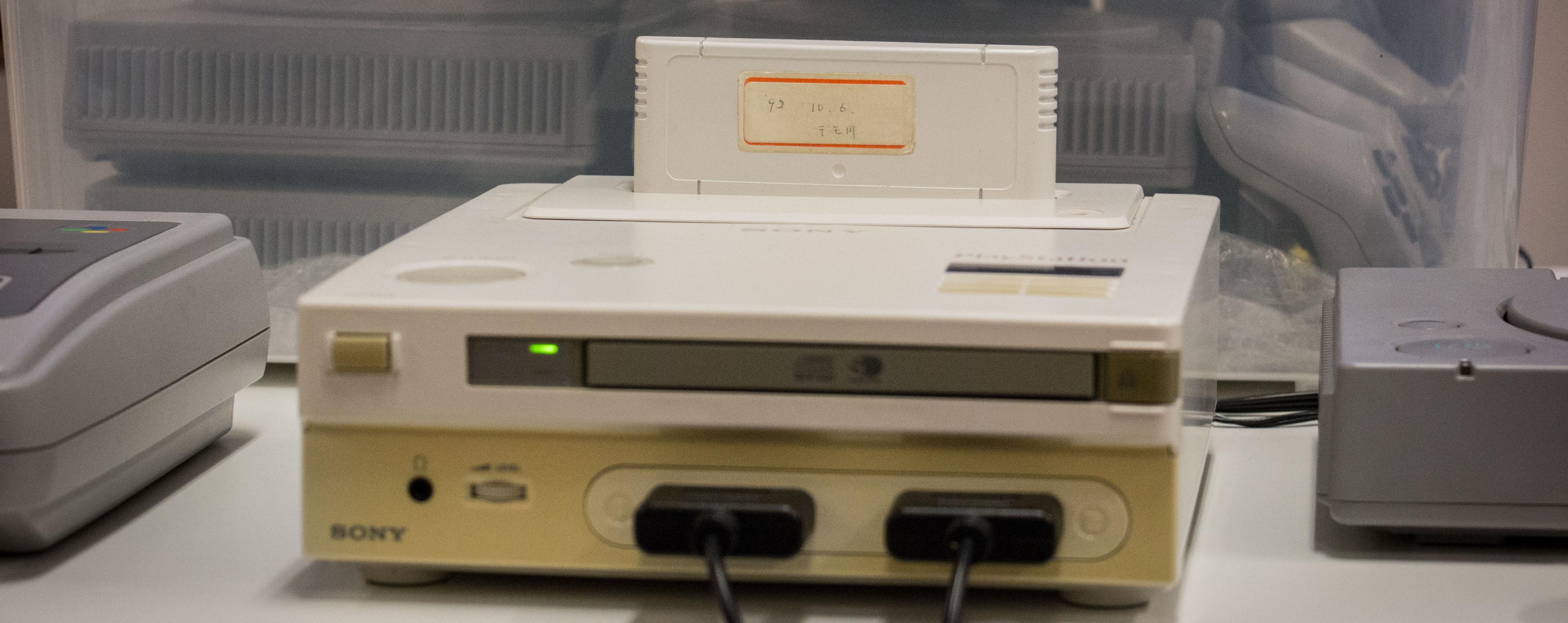Med en CD-rom-spiller på framsiden og plass til spillkasetter på toppen, var det meningen at konsollen skulle kunne spille både gamle SNES-spill, men også nye CD-spill fra Sony.