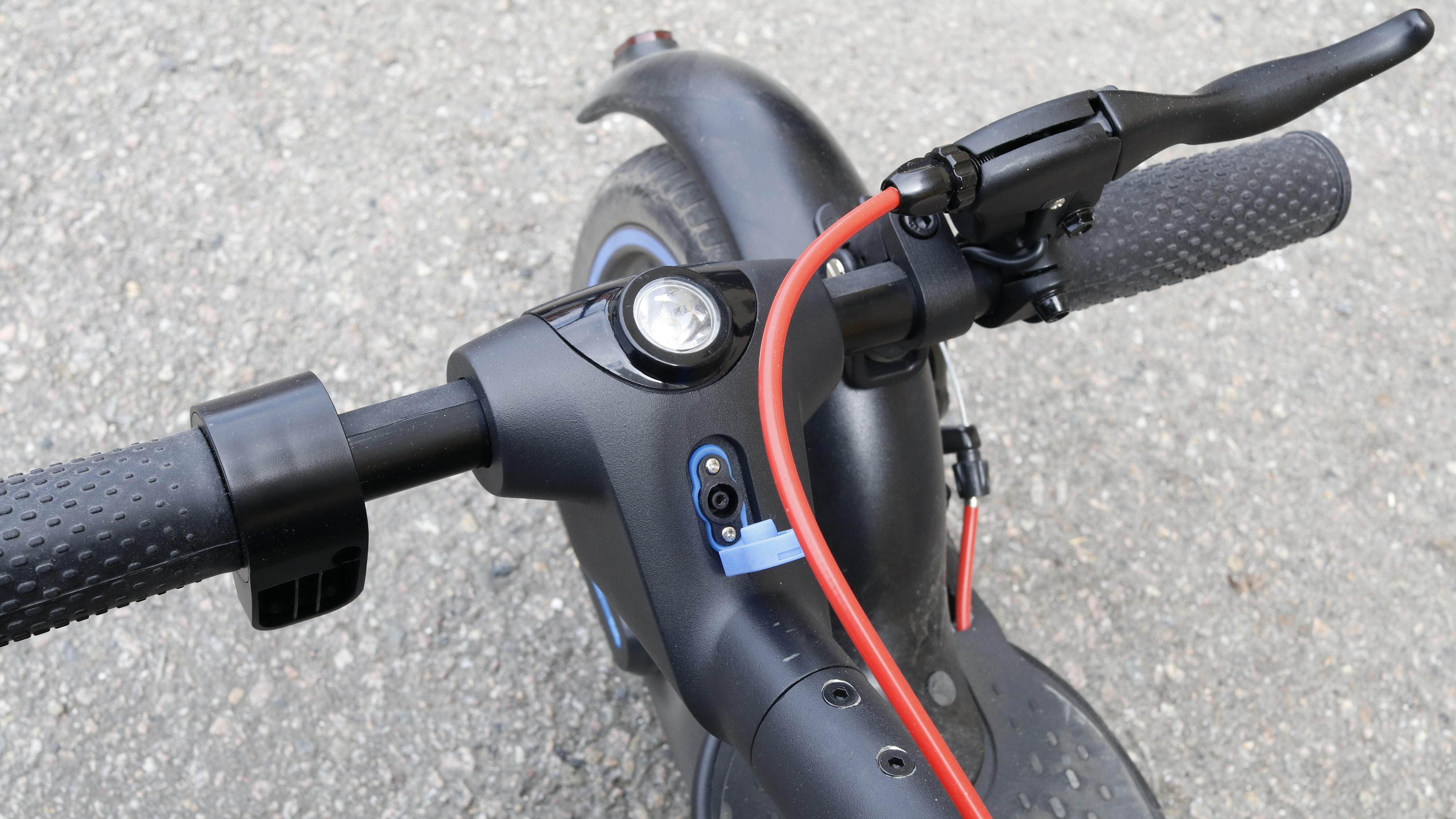 Vi fikk et tidlig eksemplar av E-Way E-500 med rød bremsekabelstrømpe. Den skal visstnok egentlig være sort. Men det vi ville vise fram her er jo plasseringen av strømporten.