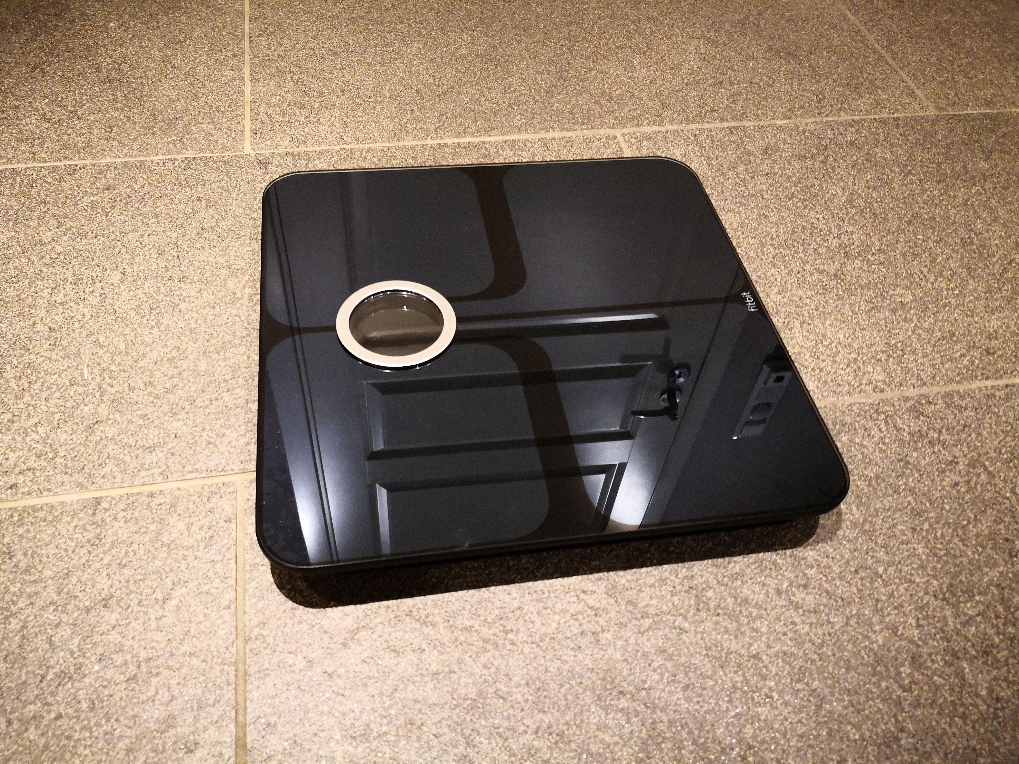 Overflaten på vekten er speilblank, og er en magnet for flekker.