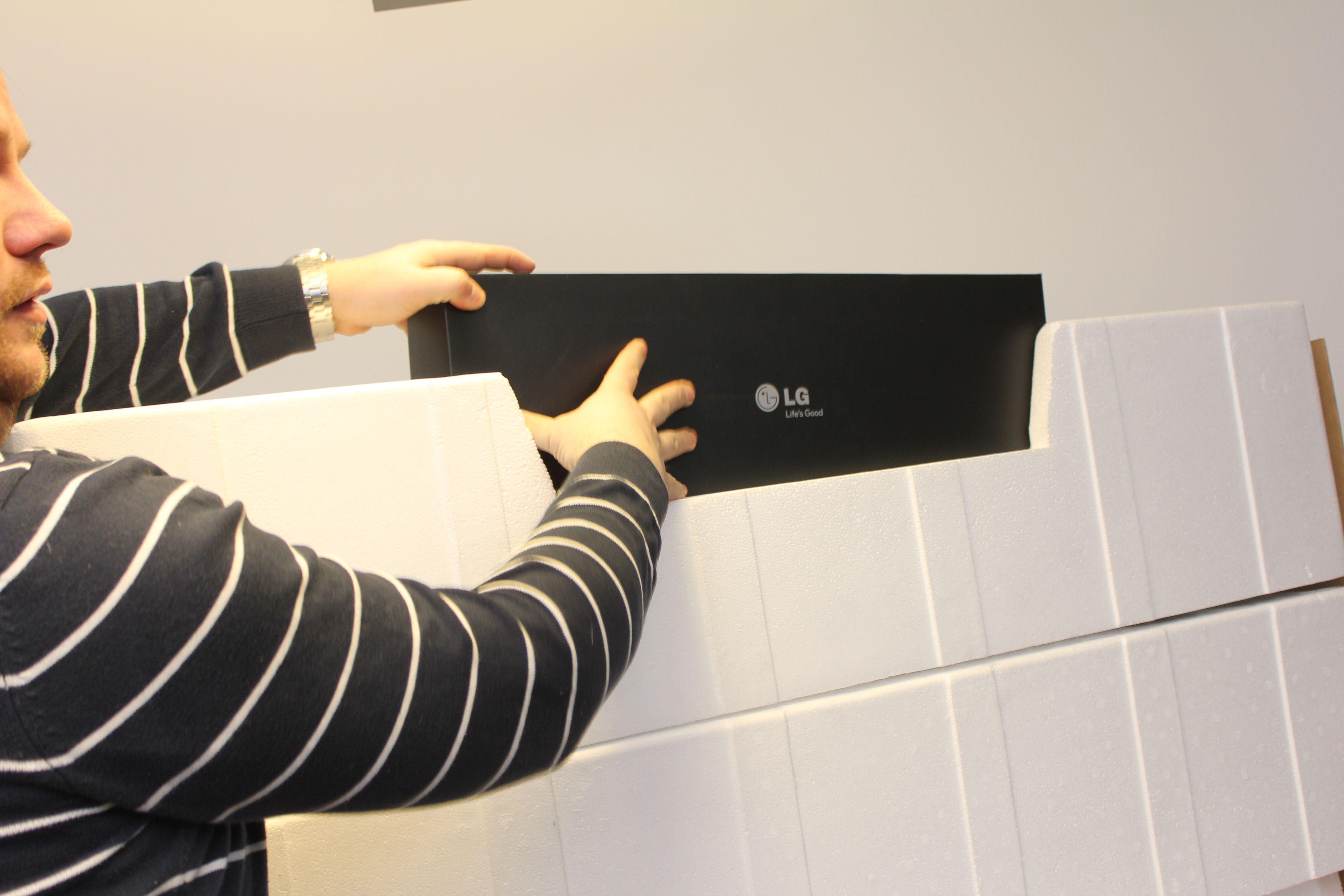 I den øverste av i alt tre deler med isopor, finner vi en stor sort eske med tilbehøret til LGs 55EA980W. (Foto: Jørgen Elton Nilsen / Hardware.no)
