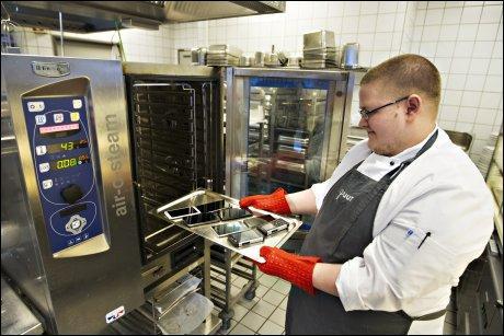 SERVERT: Kokk Jacob Karlsson i VGs personalrestaurant tar telefonene ut av ovnen en time etter at de ble satt inn på 45 grader.Foto: Roger Neumann, VG