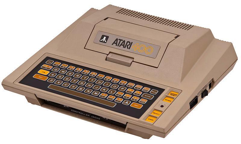 Atari 400 med flatt tastatur. Under plast-dekselet er maskinen omkranset av metall.