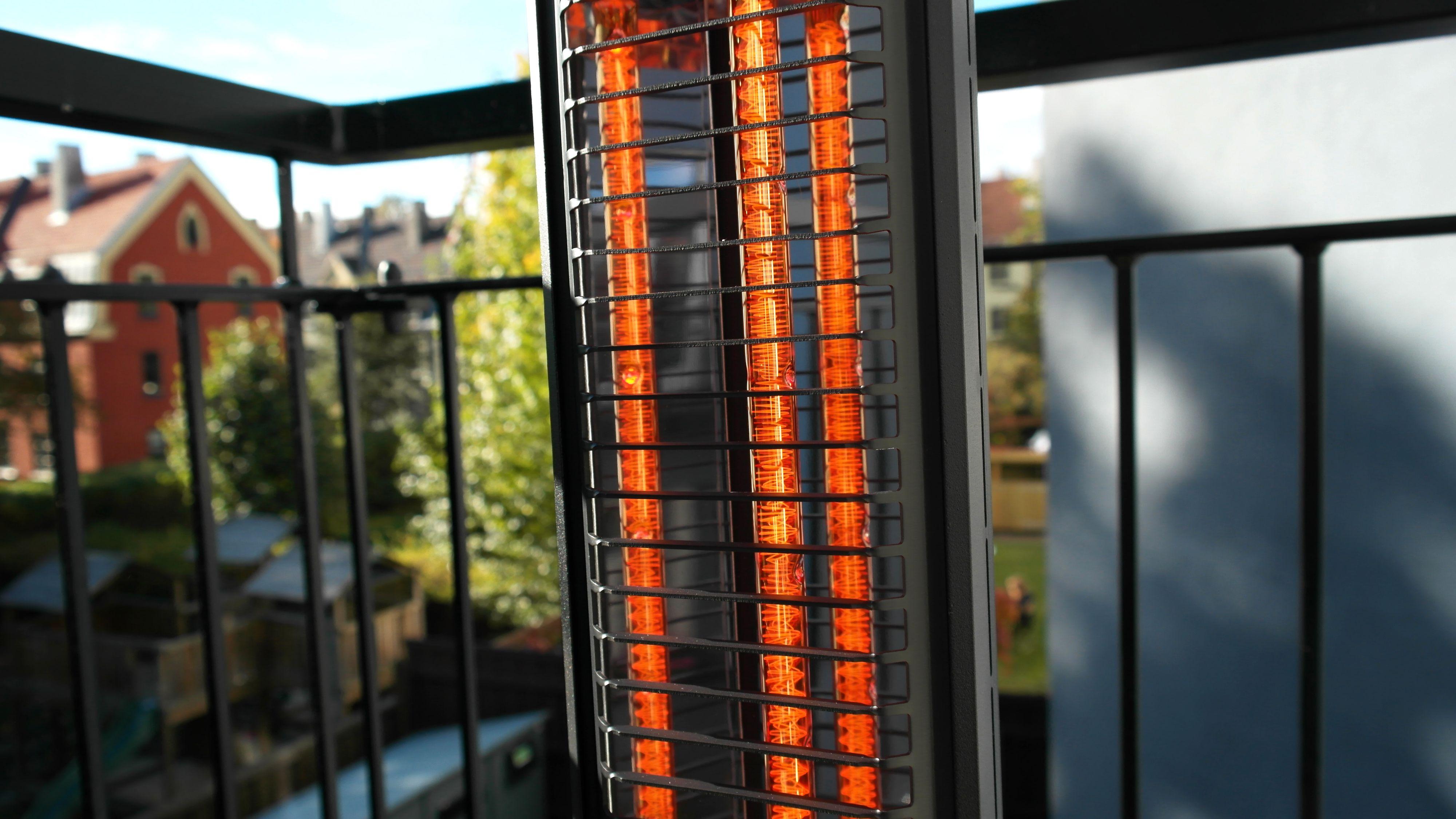 Varmetrådene på kortbølgevarmere kan avgi ganske mye lys. Her modellen fra Mill.