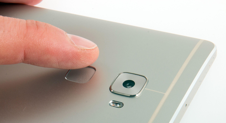 Fingeravtrykksleseren sitter på baksiden av telefonen. Foto: Kurt Lekanger, Tek.no