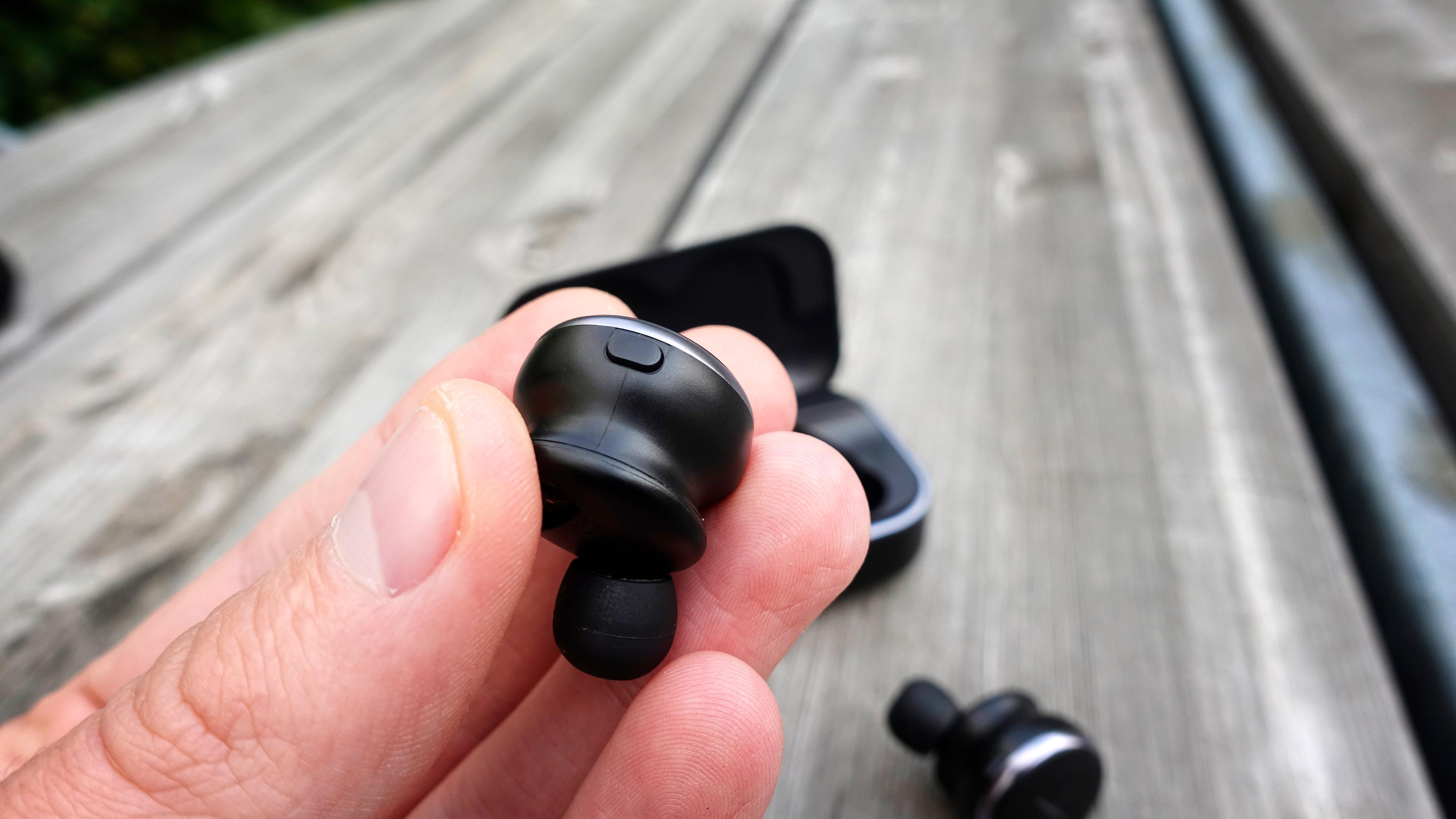 I tillegg til touchpanelene utvendig har du en knapp per propp som brukes til å aktivere taleassistenten.