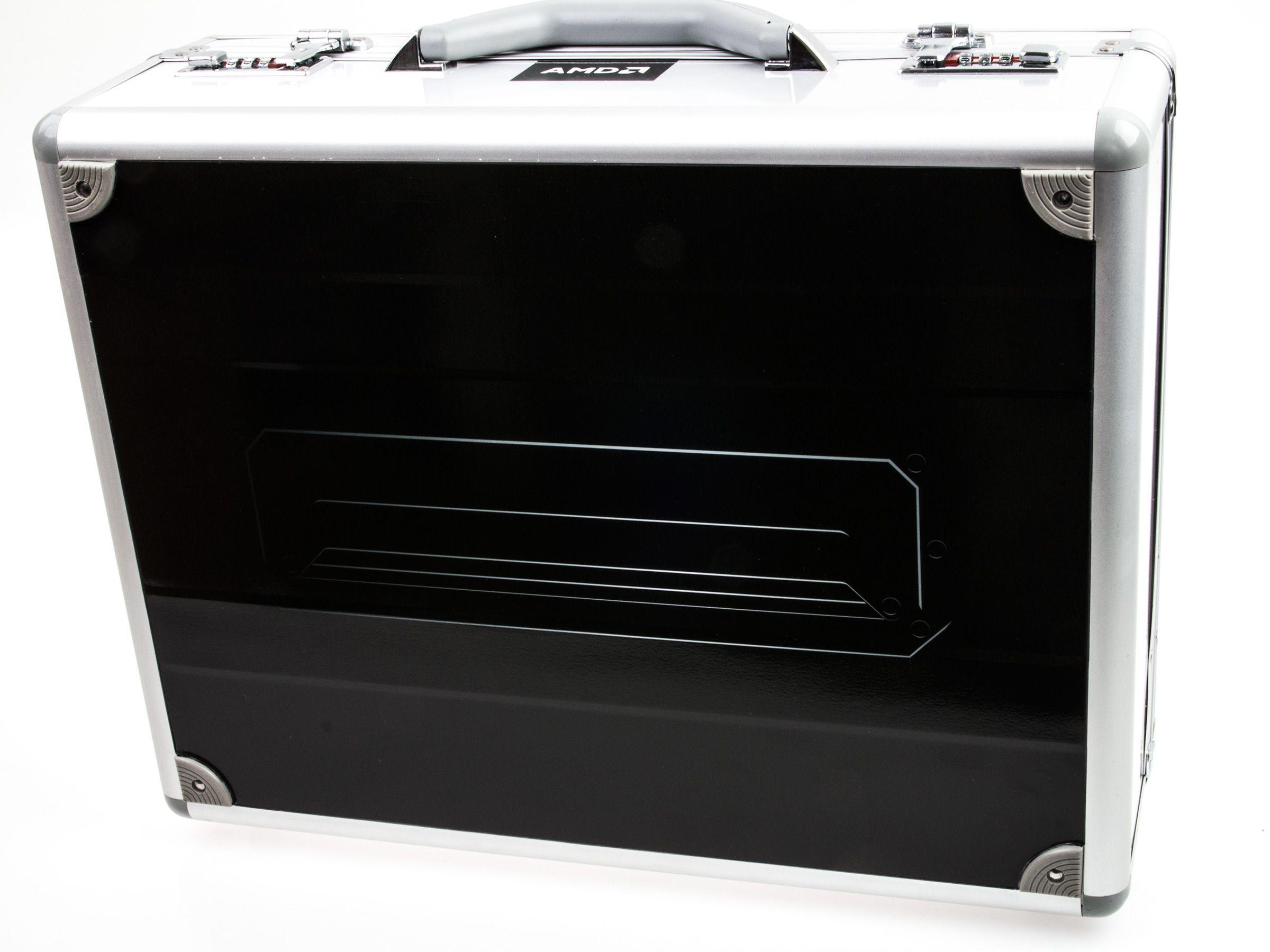 På innsiden av esken finner vi denne lekre metallkofferten.Foto: Varg Aamo, Hardware.no