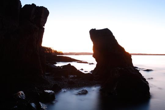 Eksponeringen for vannet og steinene i forgrunnen. Forgrunnen er nå registrert noenlundene riktig, mens sjøen i det fjerne, og himmelen, er kraftig overeksponert.