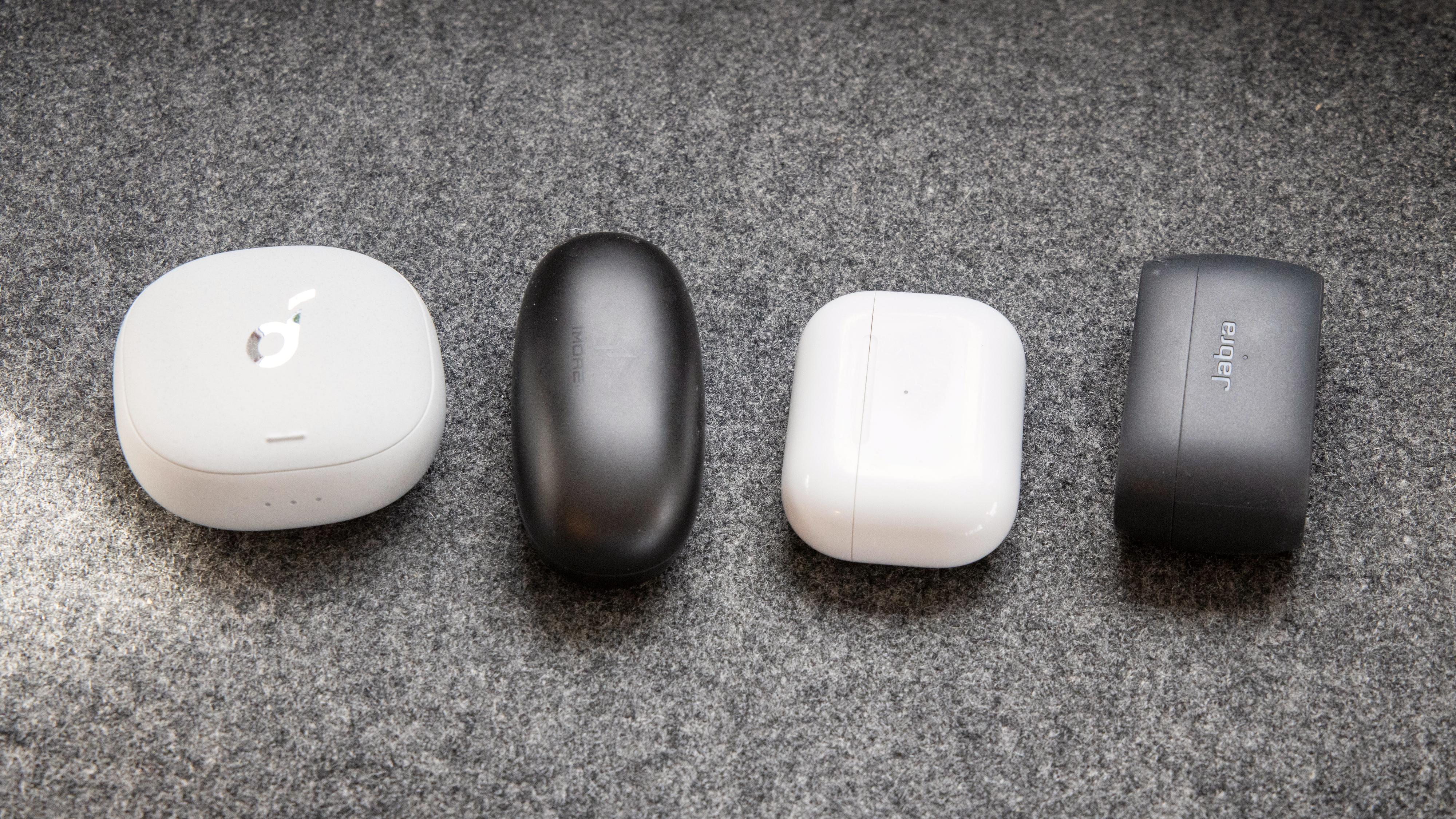 Fra venstre: Soundcore Liberty Air 2 Pro, 1More ComfoBuds Pro, Apple AirPods Pro og Jabra Elite 3.