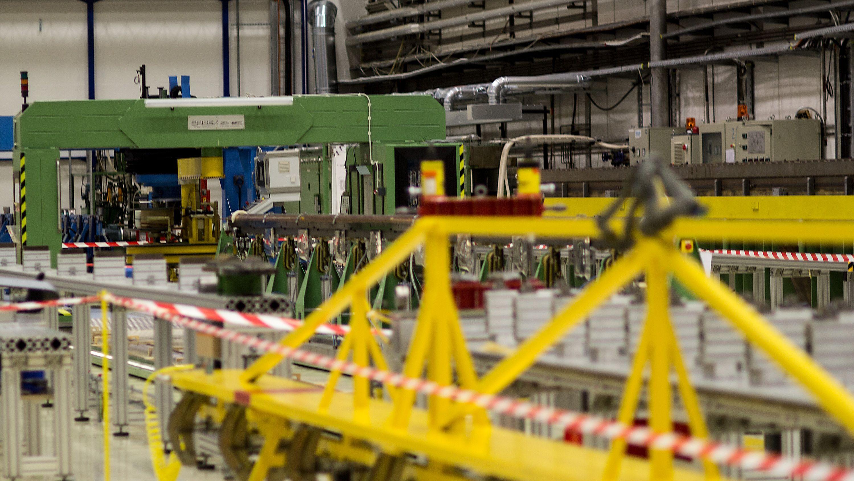 Mens to av fabrikkene ligger i andre medlemsland, ligger den minste av de tre hos CERN. Siden LHC trengte hele 1600 magneter, som hver er 50 meter lang, var det fysisk umulig å lage alle på ett sted – noe som også er en del av grunnen til at CERN ikke produserer alt selv. Det ville rett og slett krevd enormt mye plass. Foto: Varg Aamo, Hardware.no