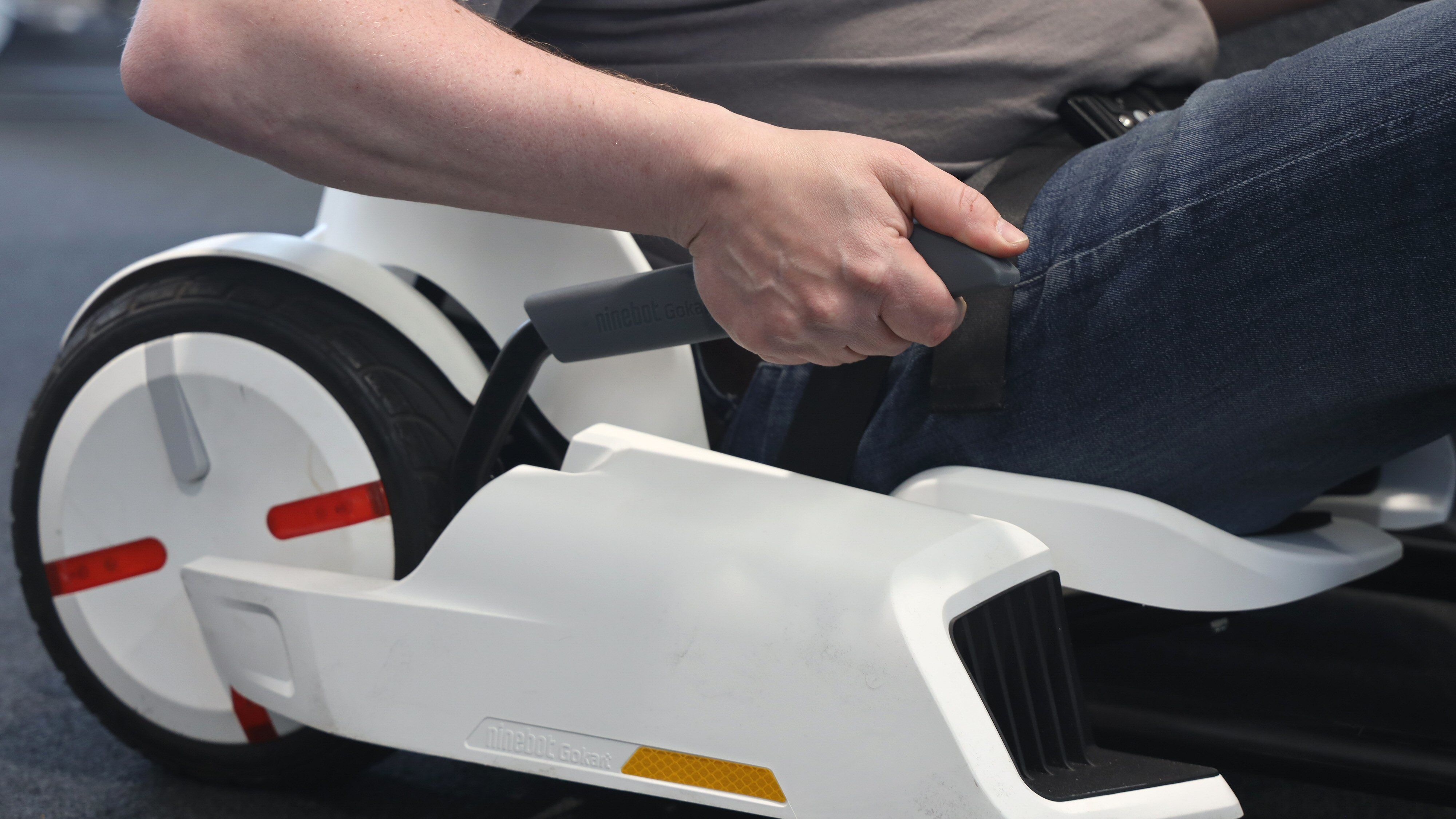 Håndbremsen sitter på høyre side og skubber mot begge hjulene.