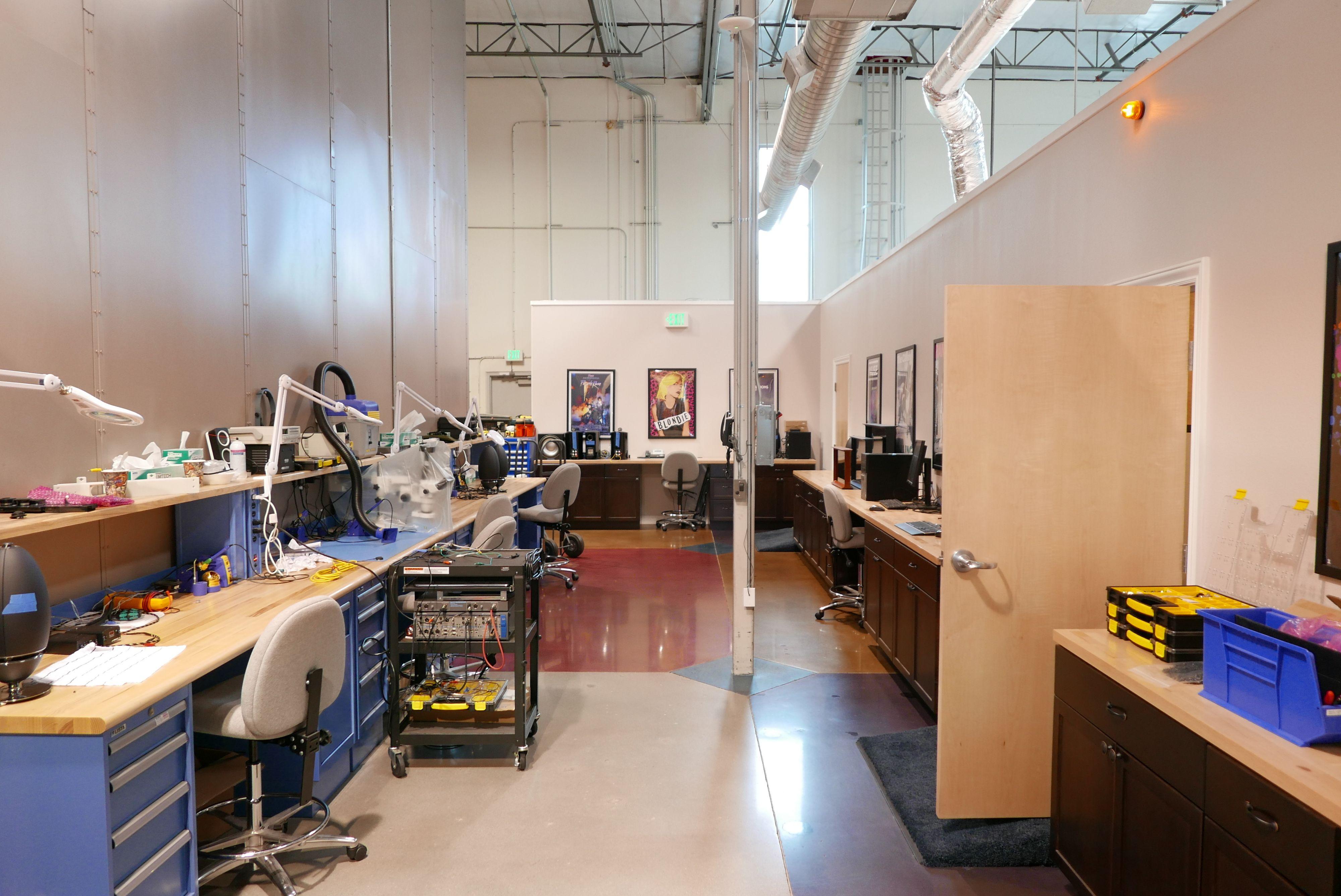 Inn i labben finner vi løse høyttalere og komponenter overalt. . Foto: Ole Henrik Johansen / Tek.no