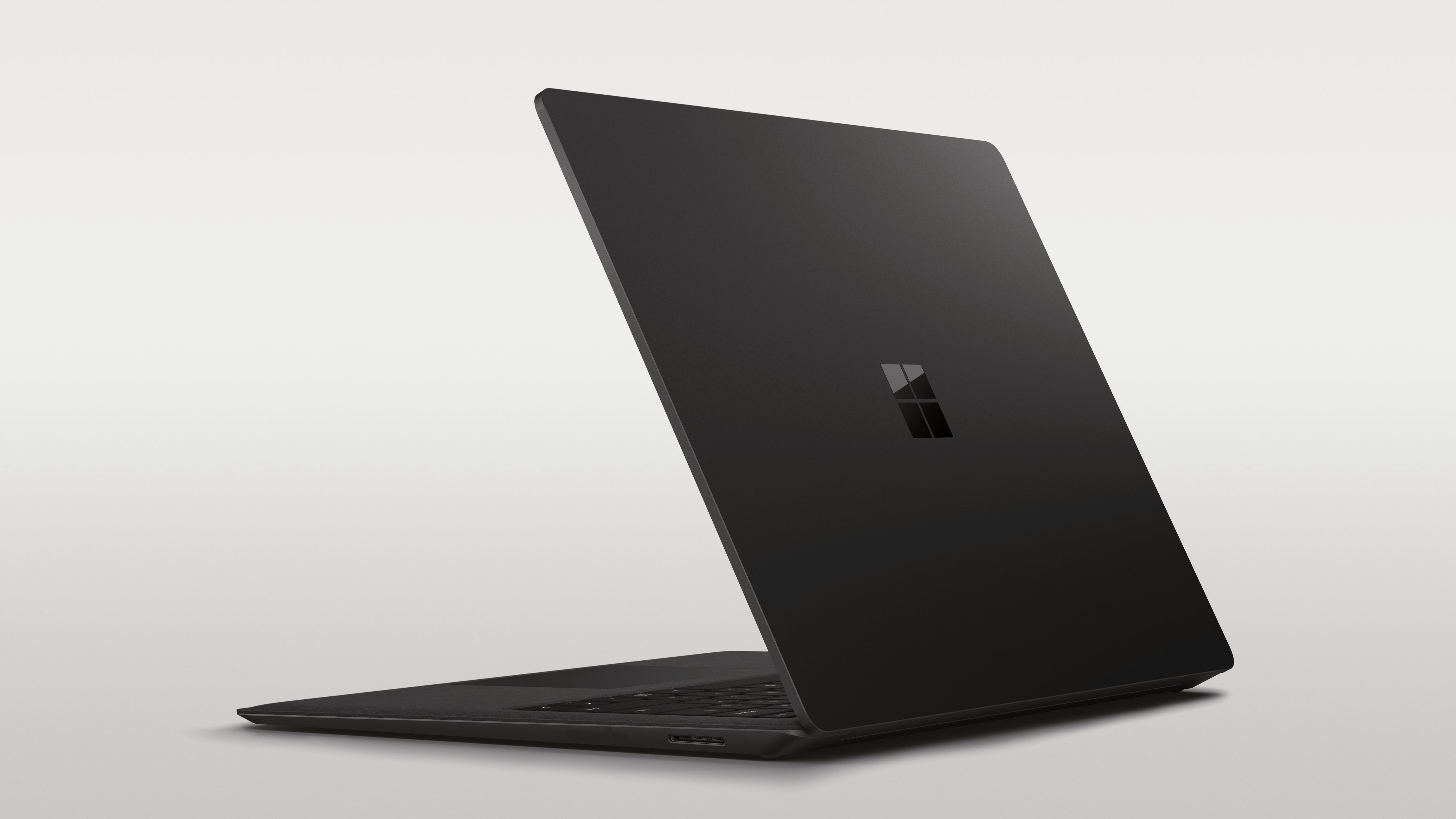 Surface Laptop 2 i kledelig sort.