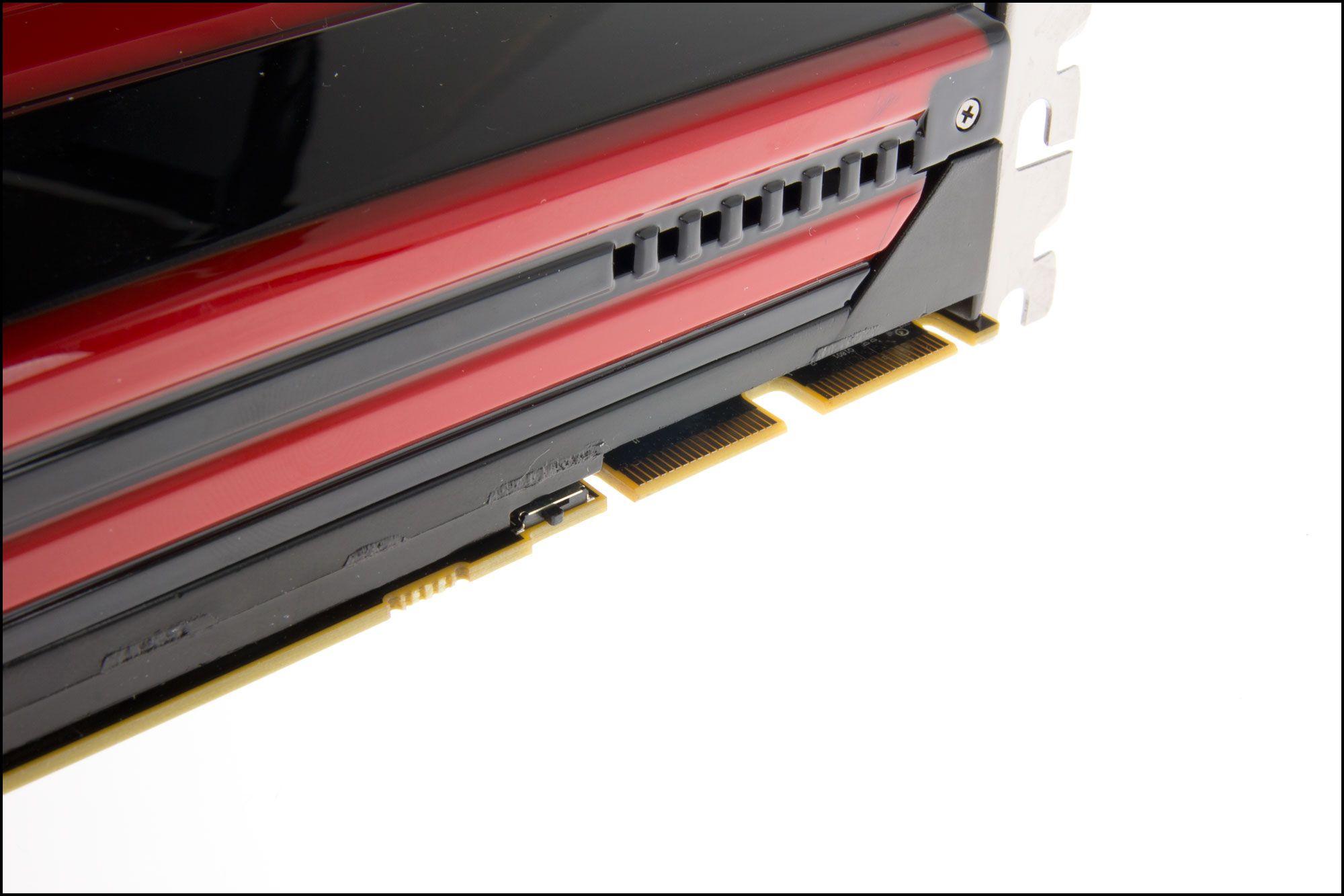 Ved Crossfire-kontaktene er det en bryter for å bytte BIOS