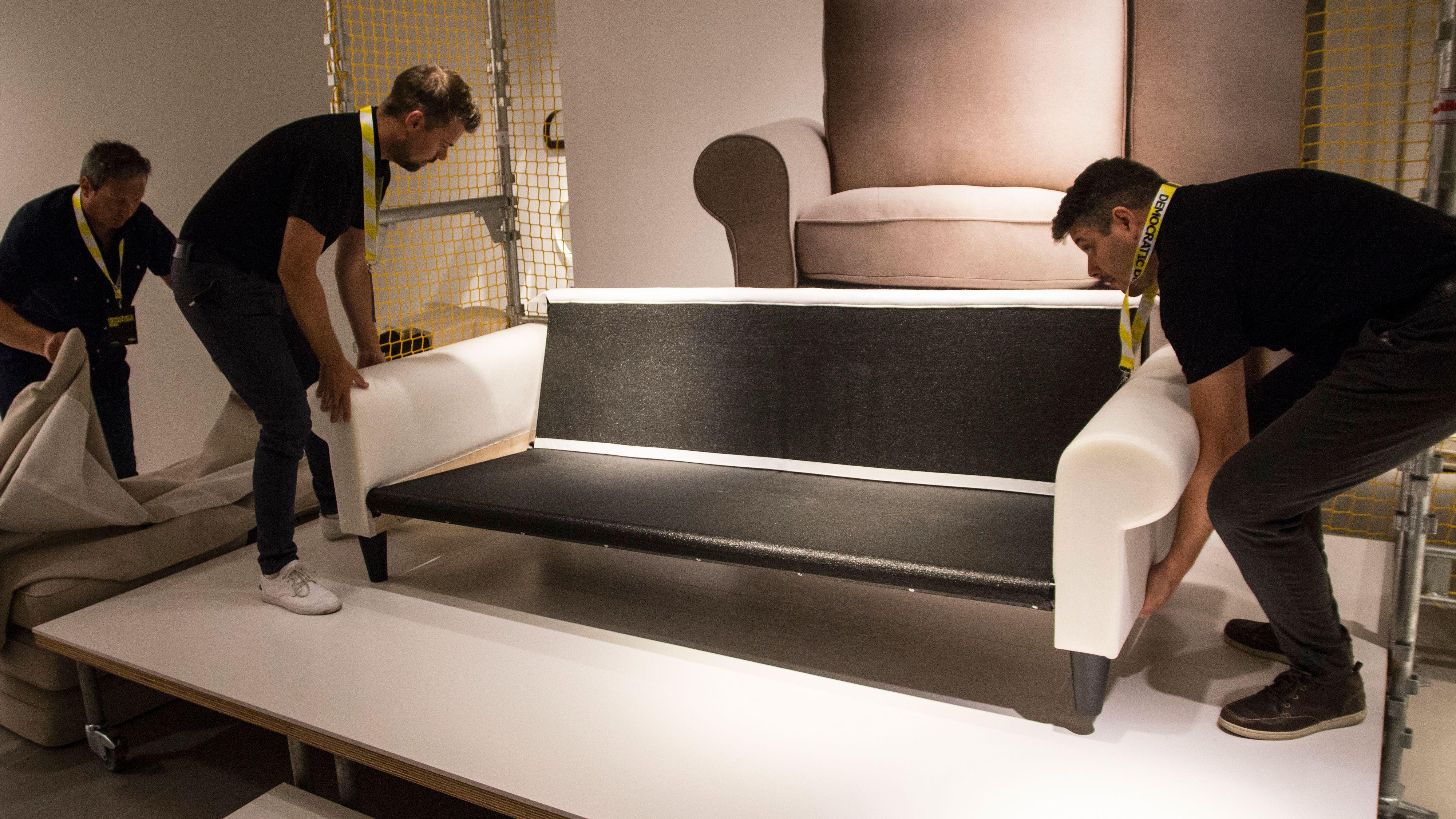 De fleste bør kunne sette sammen sofaen på 15 minutter, ifølge Ikea. Demonstrasjonsgutta på Ikeas designdager brukte to minutter og 15 sekunder.