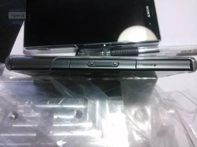 Venstresiden av telefonen viser at dette også blir en telefon med mulighet for lading i en dockingstasjon.