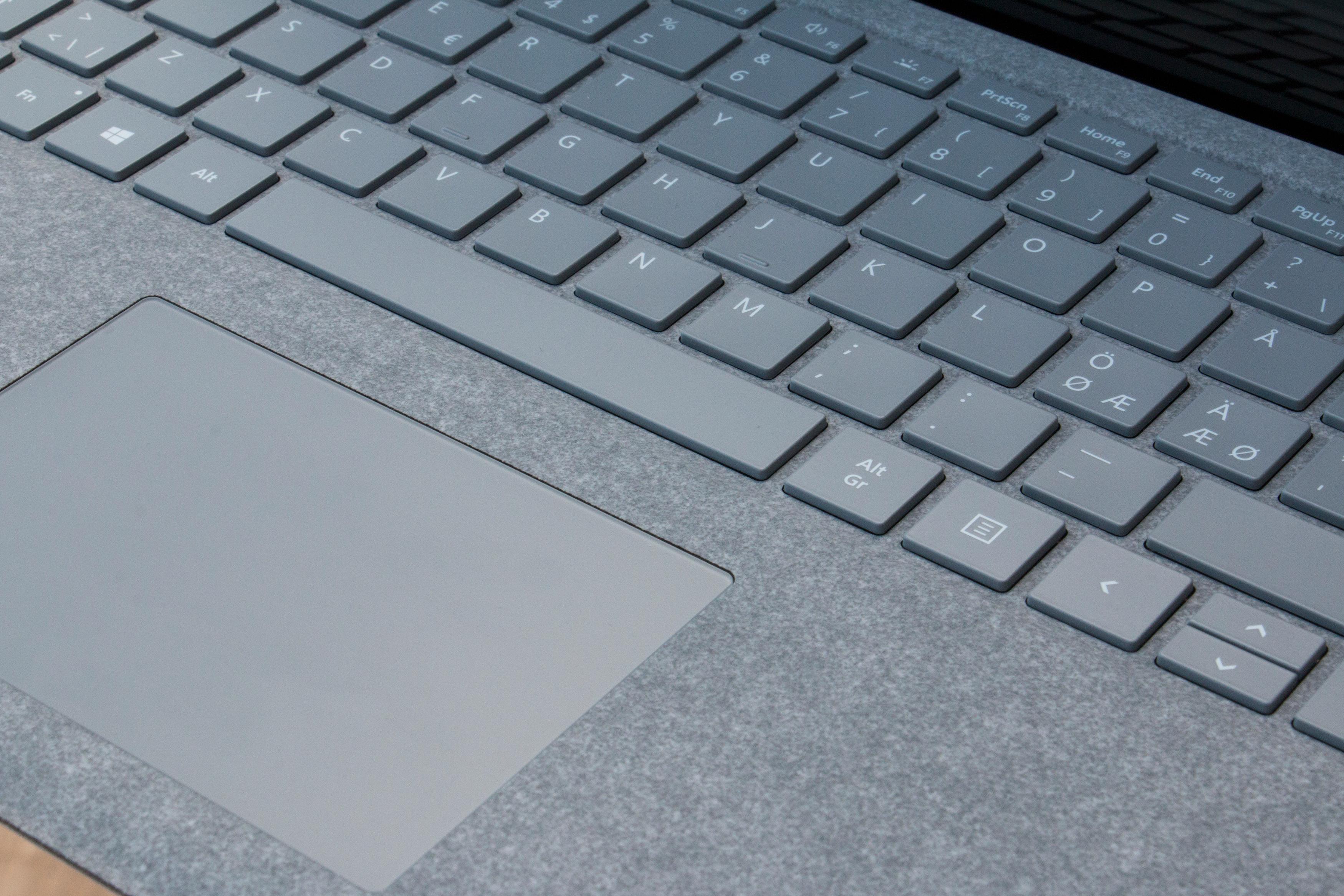 Tastaturet omkranses av alcantara-stoff, som er varmere og litt mykere enn kaldt og hardt aluminium. Vi liker det.