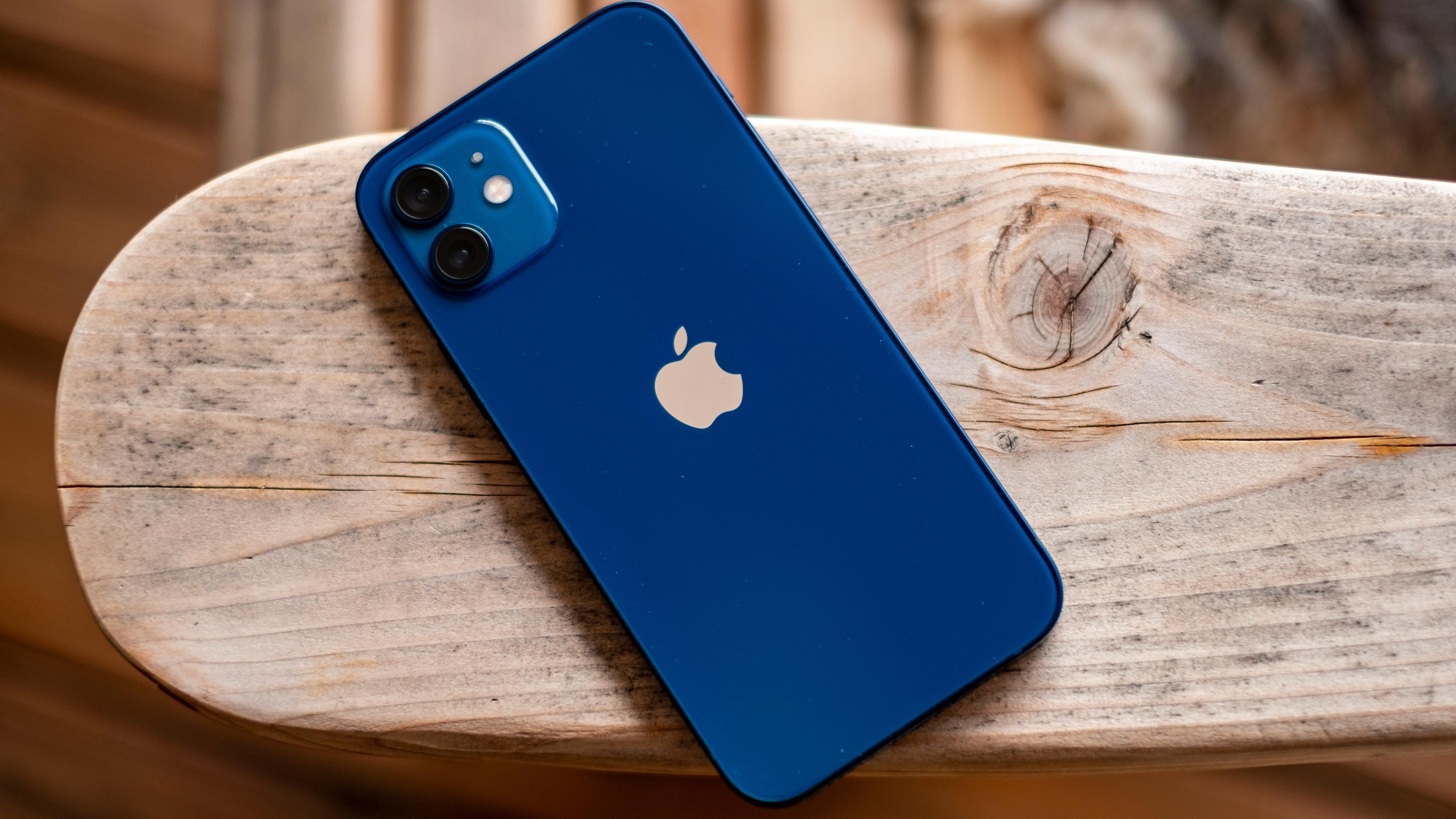 Blått er hott, ifølge Apple. iPhone 12 kommer i en knallvariant av fargen, mens iPhone 12 Pro kommer i en mer marineblå utførelse som grenser mot sjøgrønn.