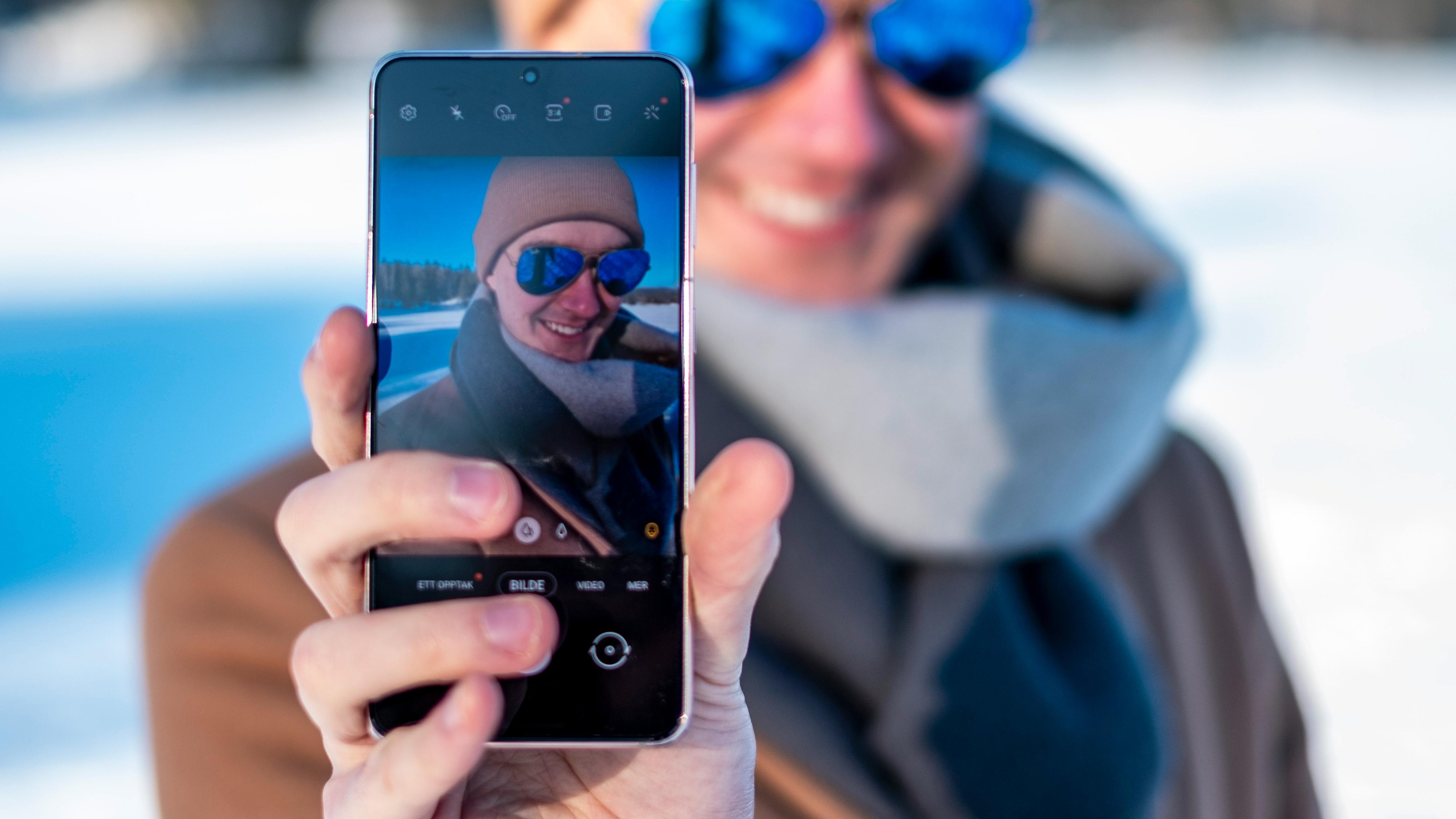 Selfier både med det ene og det andre kameraet gir gode resultater.