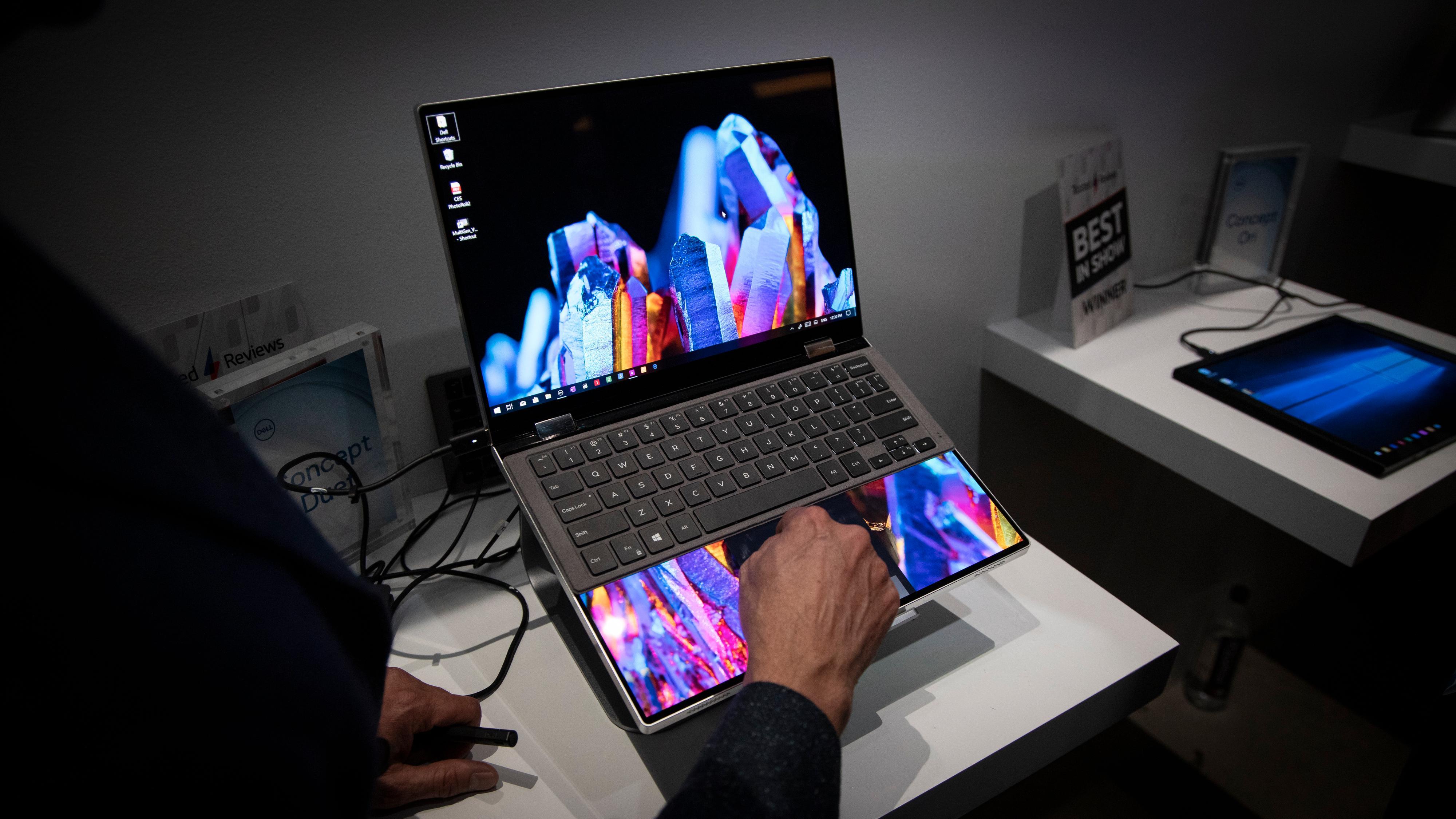 Med det tilhørende tastaturet kan du i praksis bruke toskjerms-PC-en som en vanlig bærbar.