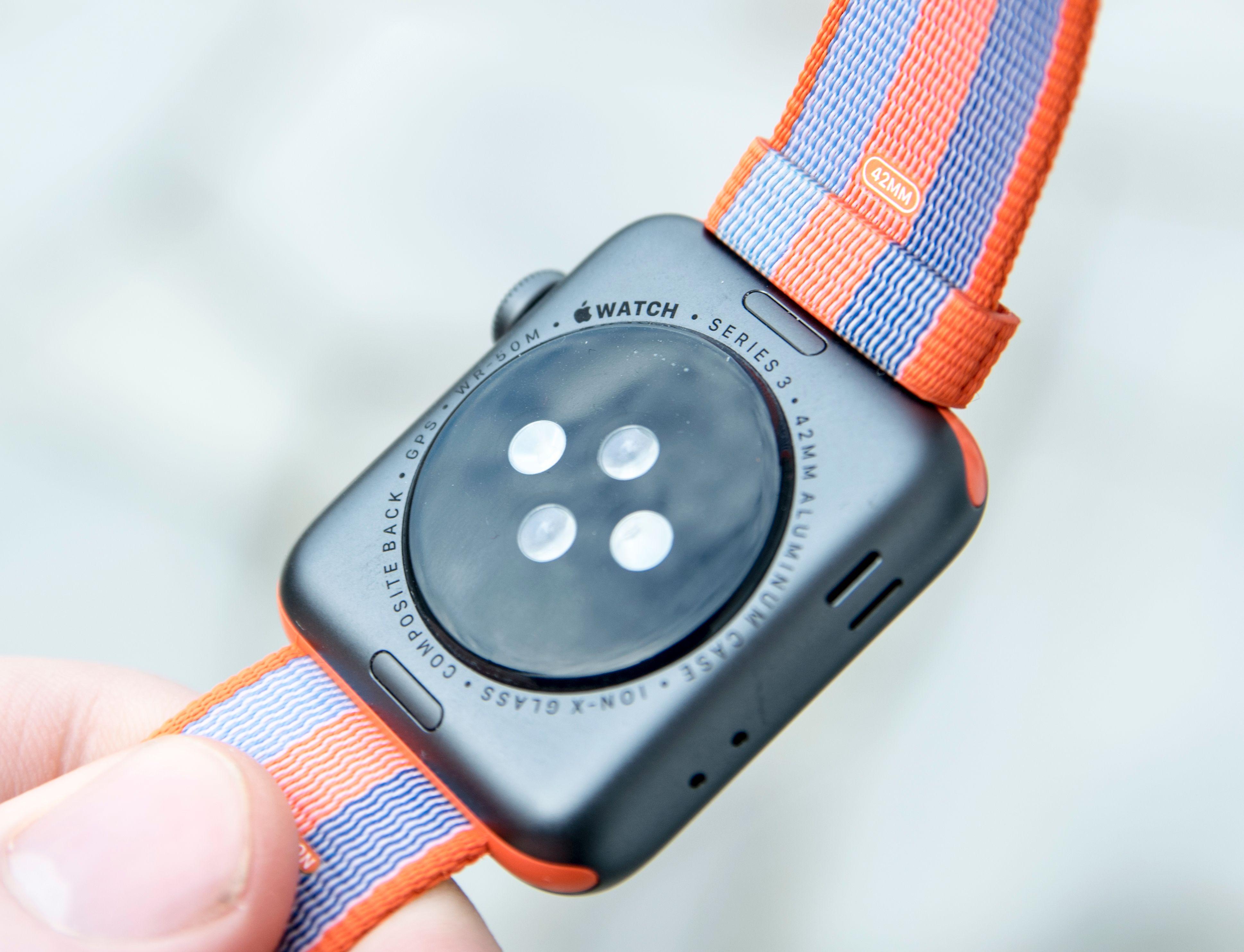Det er knapt forskjell på de ulike generasjonene Apple Watch. Men påskriften under urkassen viser at dette er siste generasjon, som har fått kjappere prosessor og leveres med siste utgave av WatchOS. De virkelige forskjellene på denne og forrige generasjon handler om hastighet og batteritid. Og om barometeret, da - som kan anslå hvor mange høydemeter og trappetrinn du beveger deg.