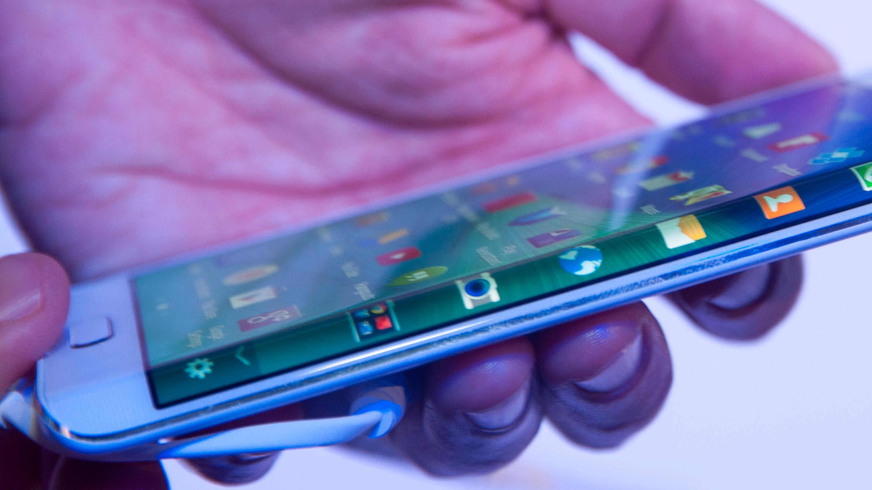 Samsungs kurvede supermobil kommer likevel