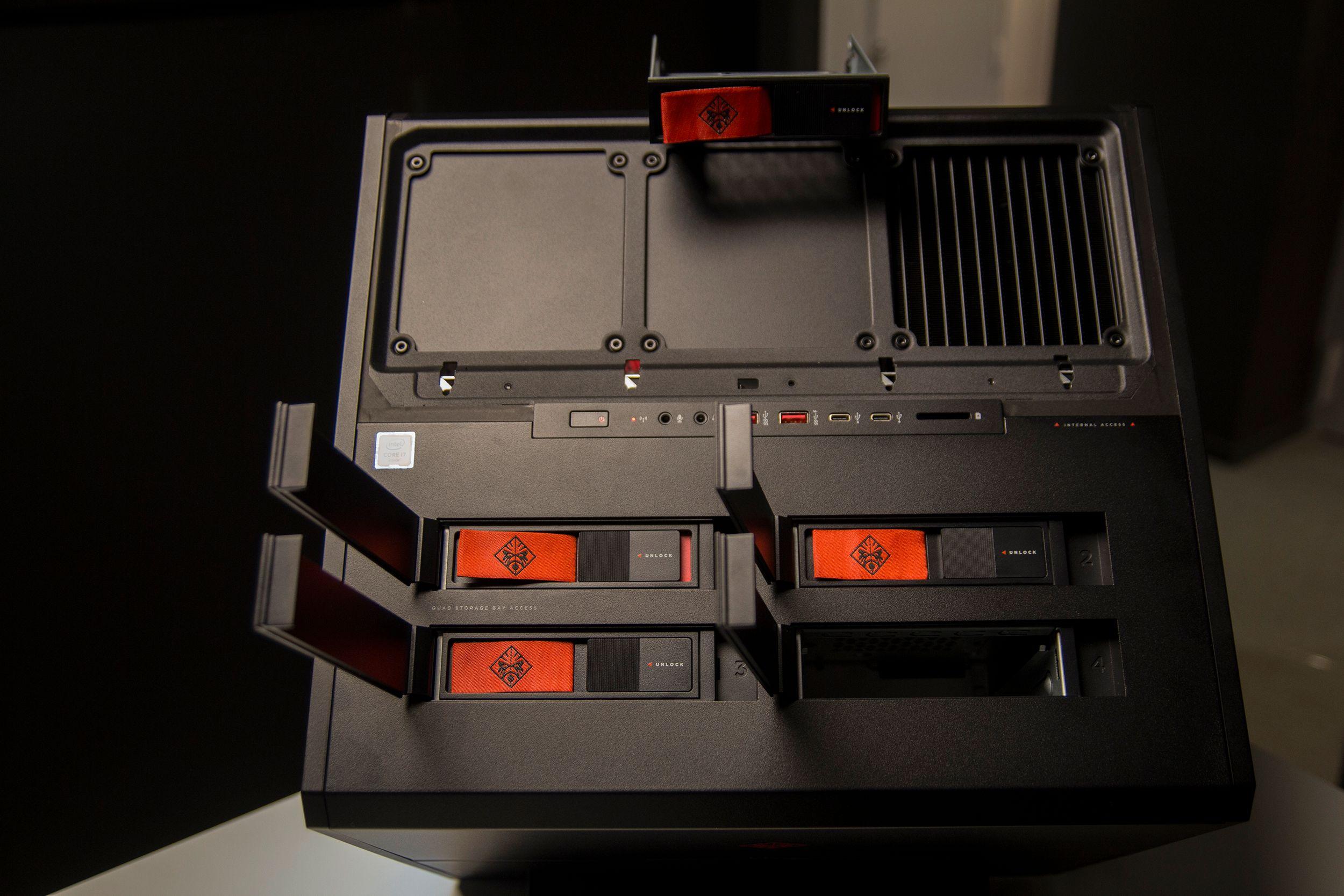 Harddisker kan mates inn og ut av egne luker i kabinettet ved hjelp av Hot Swap. Helt kabelfritt er det også.