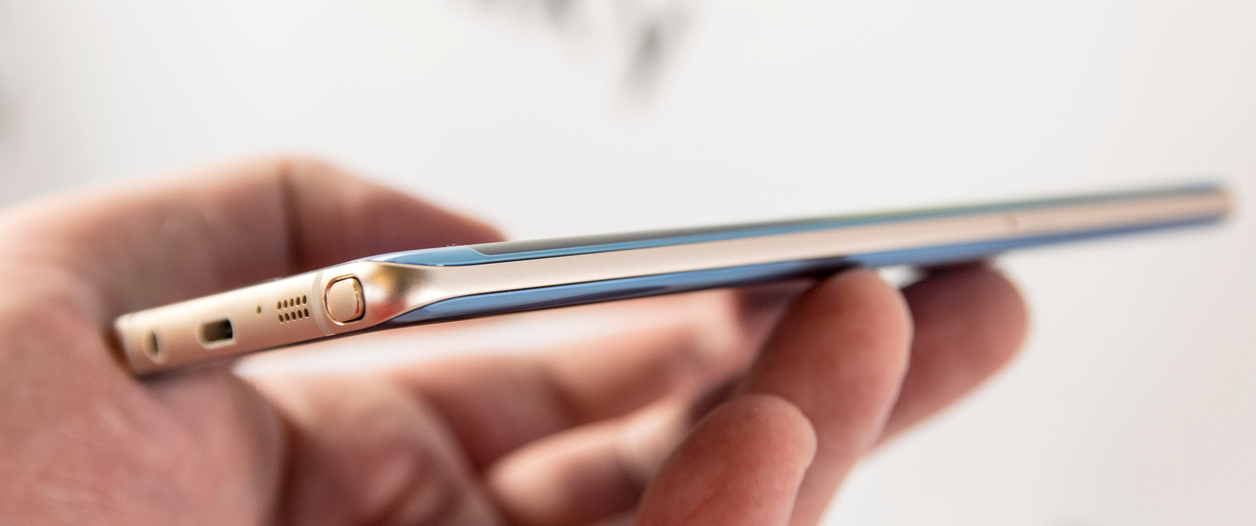 Dette er den første Galaxy Note-modellen, og en av svært få andre vi vet om, som kommer i en tofarget versjon. Den korallblå utgaven har gullfarget ramme.