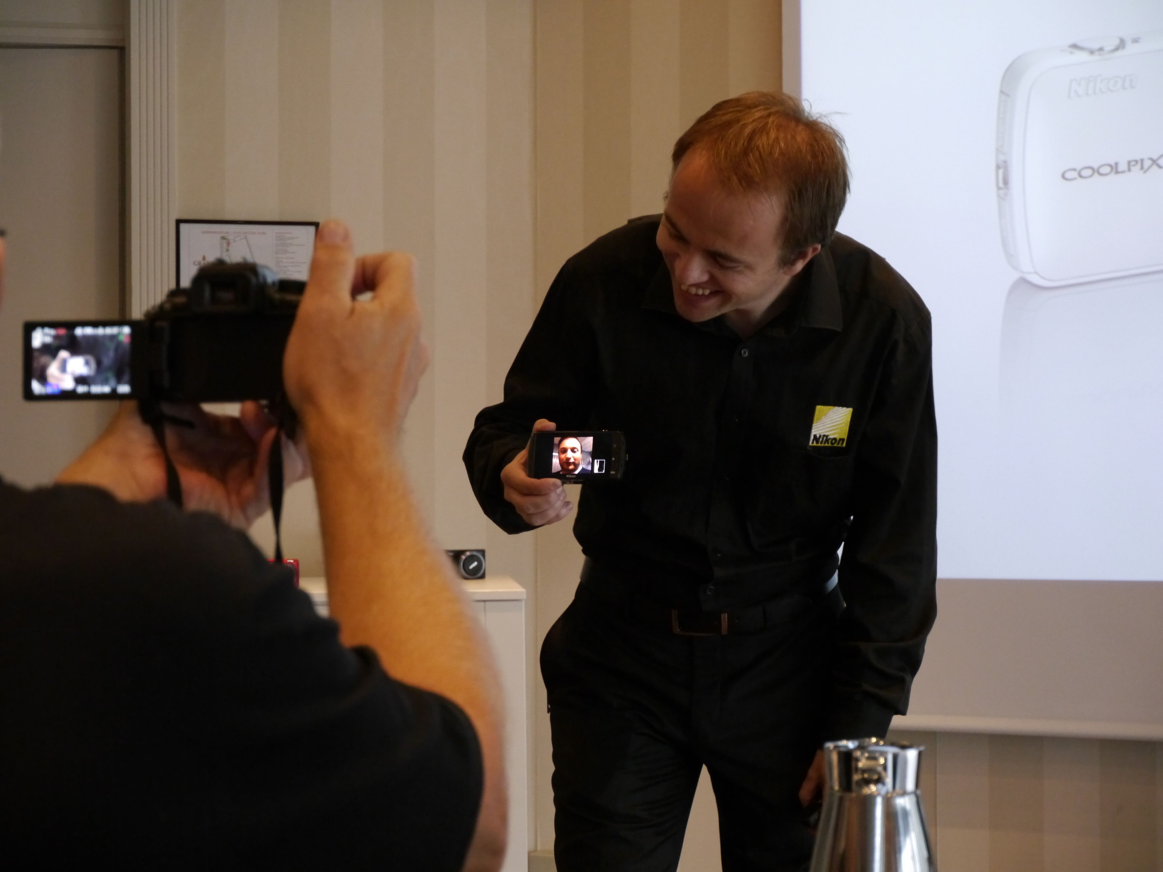 Nikons produktspesialist Jon Aasen viser frem det nye Androidkameraet Coolpix S800c.Foto: Paal Mork-Knutsen, Akam.no