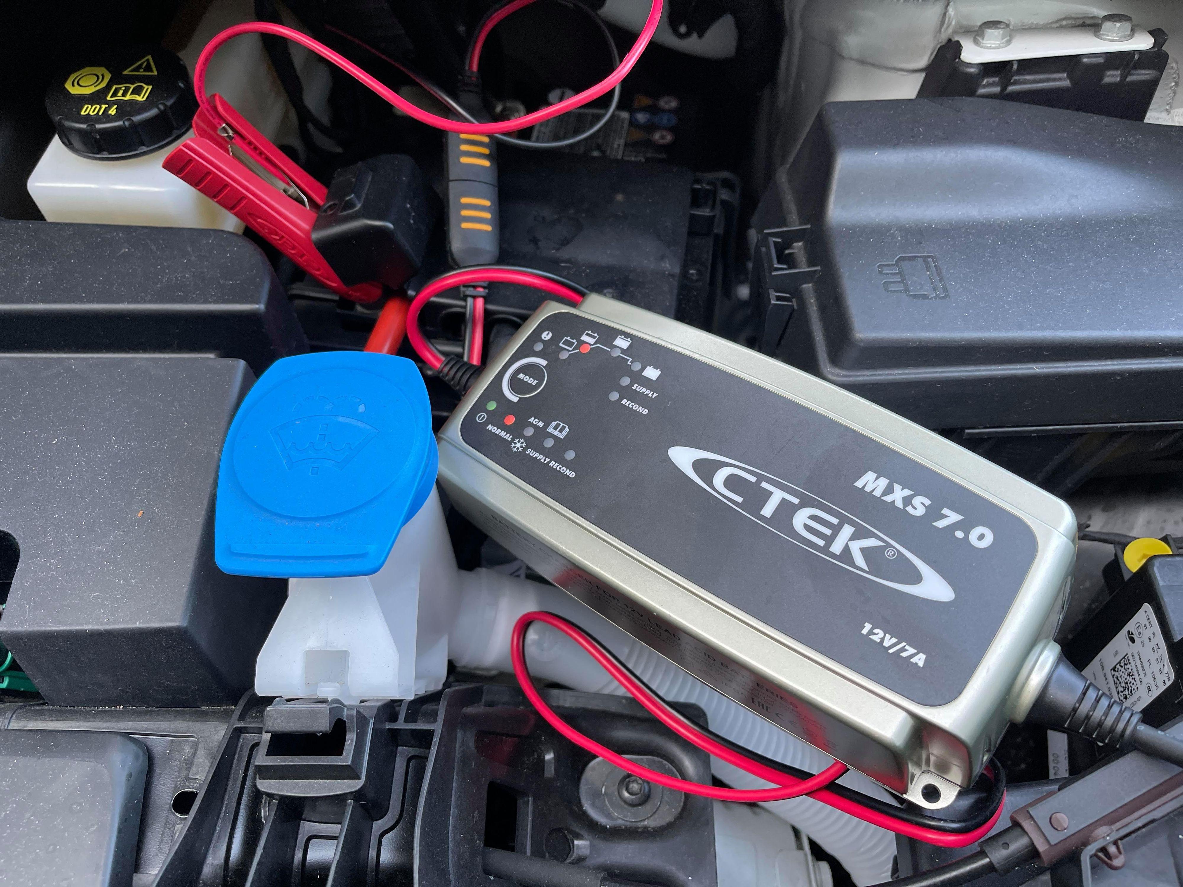 For vår del hjalp ikke det trikset. Og en lader må fortsatt lade batteriet så vi får start på bilen nesten gang vi skal ut og kjøre.