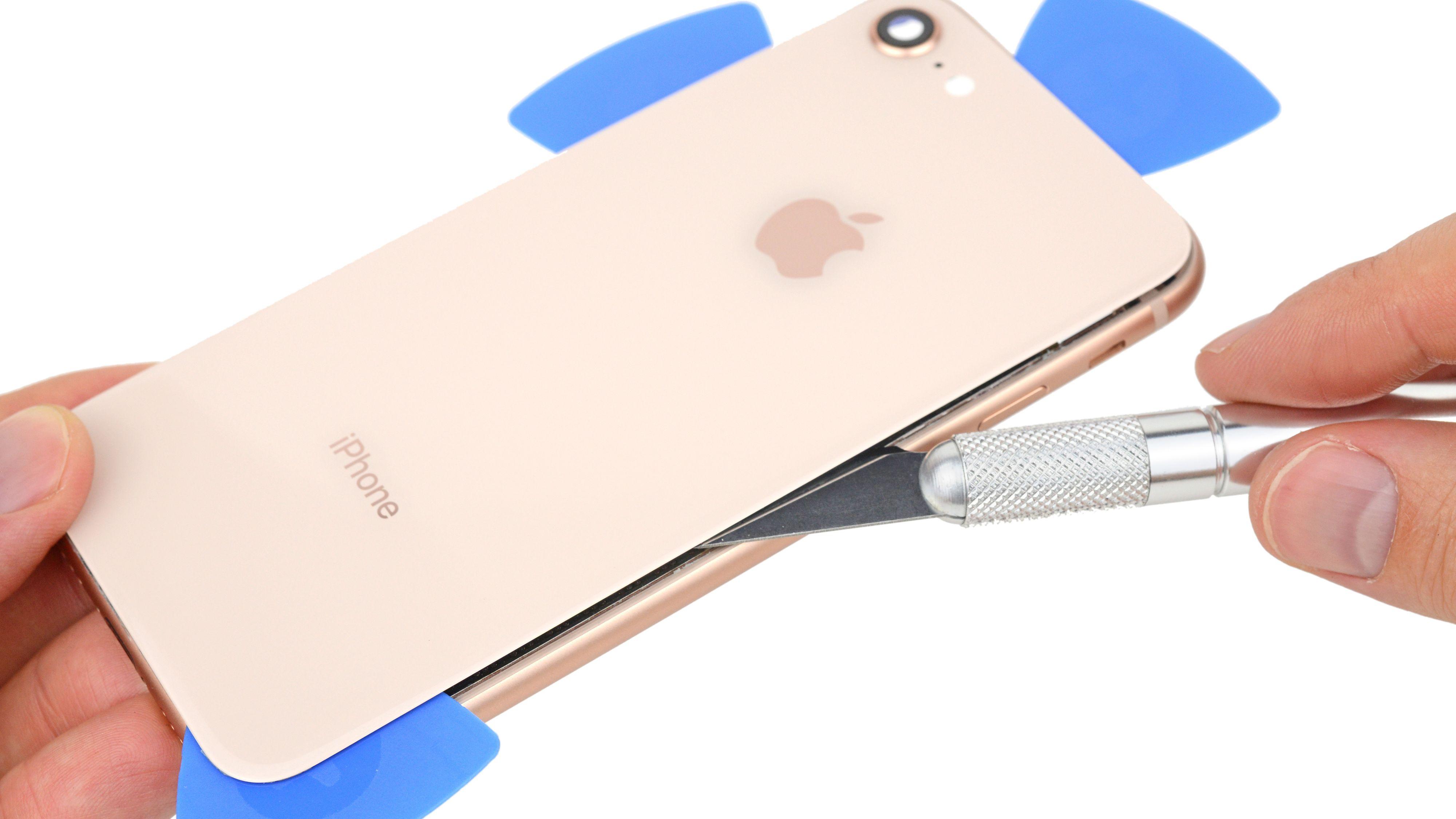 Knuser du baksiden av iPhone 8 kan det bli dyrt å reparere