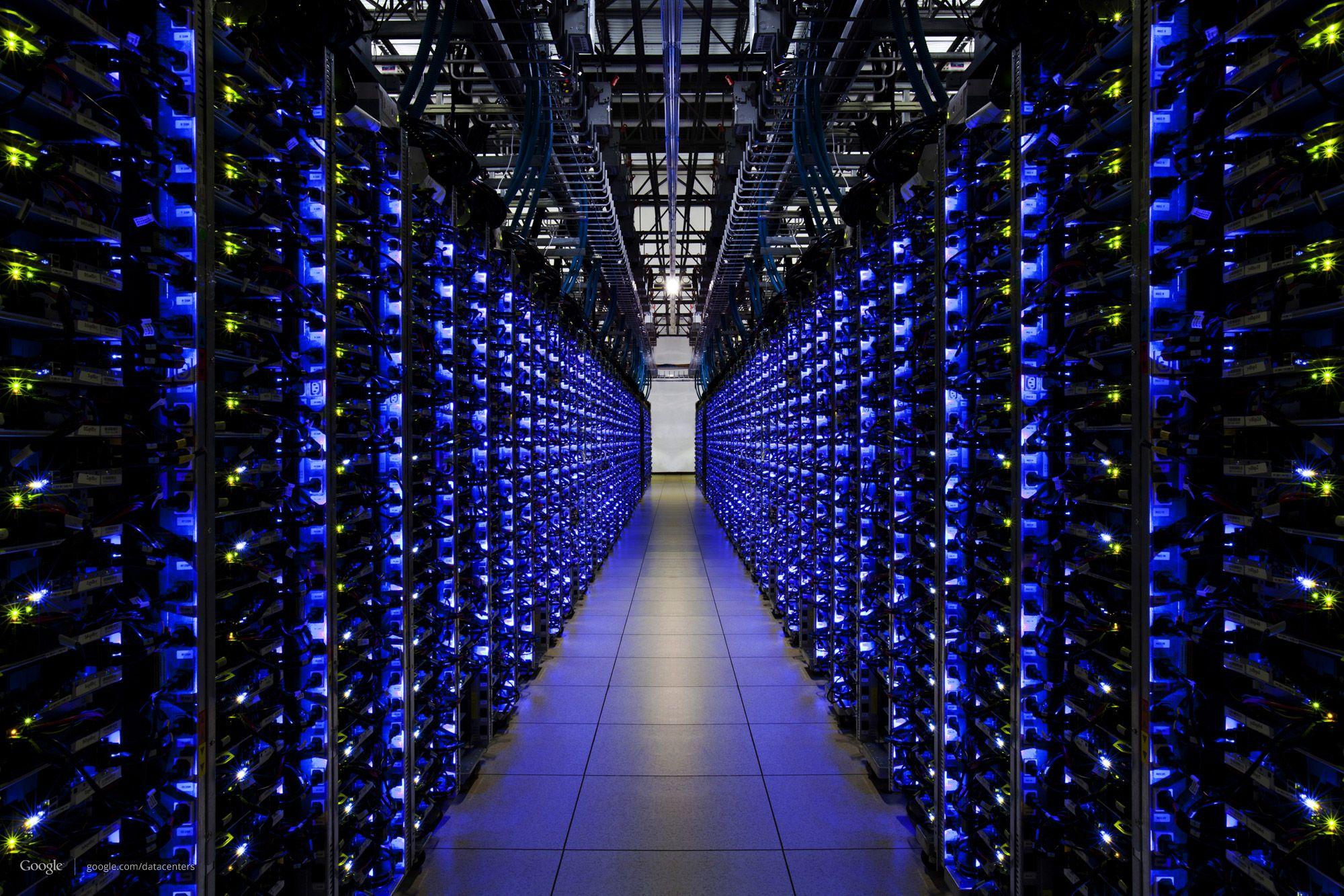 En rekke med servere. Blått lys indikerer at alt står bra til.Foto: Google/Connie Zhou