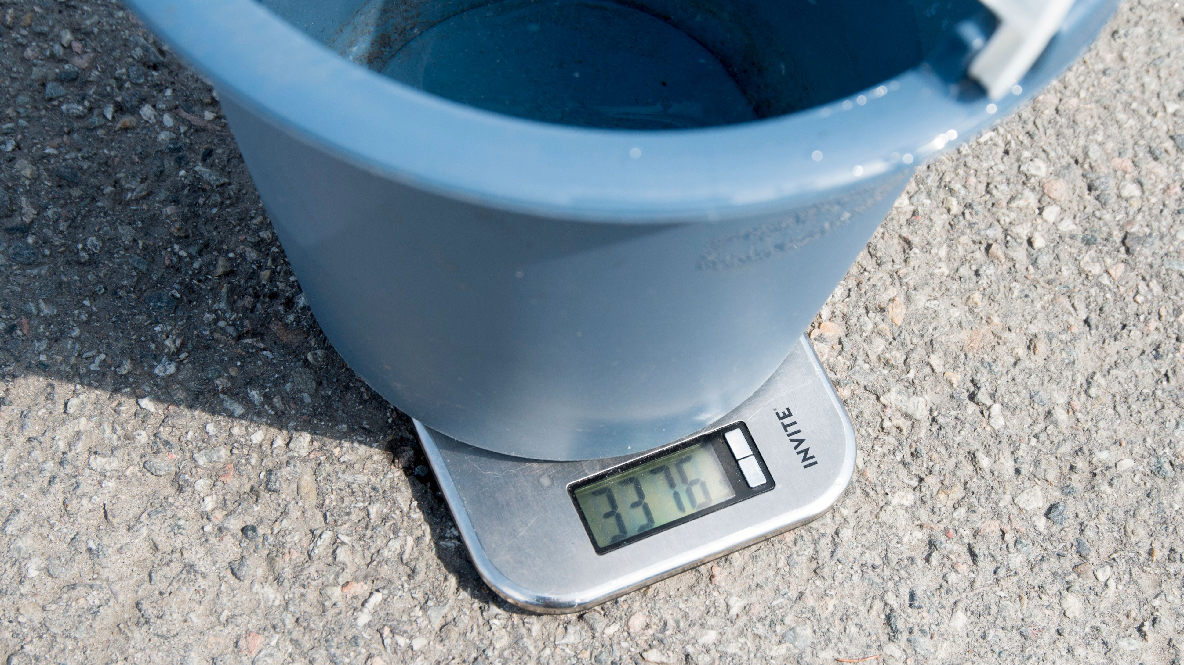 Etter 20 sekunder hadde maskinen gitt fra seg godt over 3 liter med vann. PS: vekten av bøtten ble trekt fra før vi startet å veie vannet.