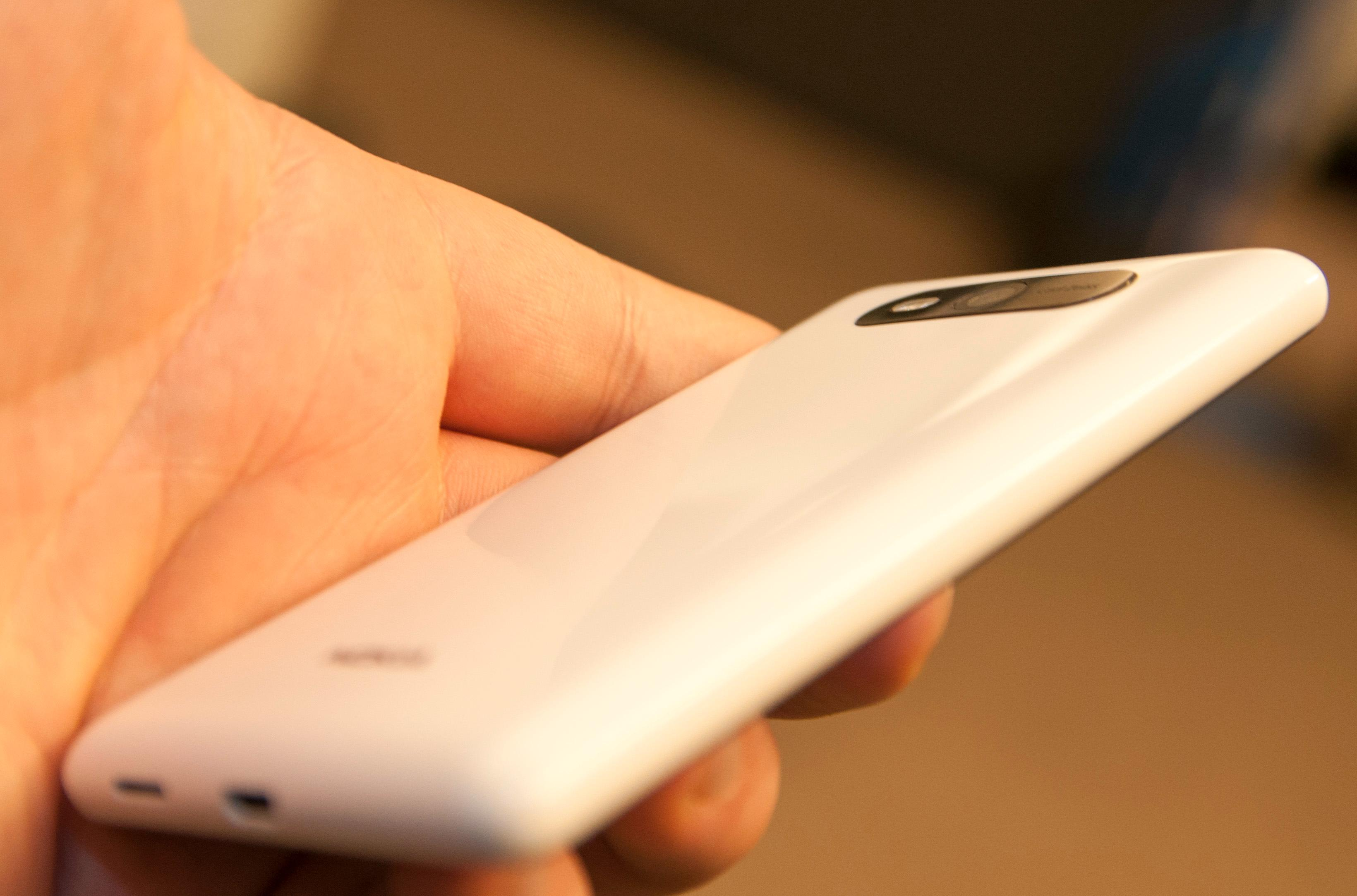 Slik ser Lumia 820 ut fra siden.Foto: Finn Jarle Kvalheim, Amobil.no